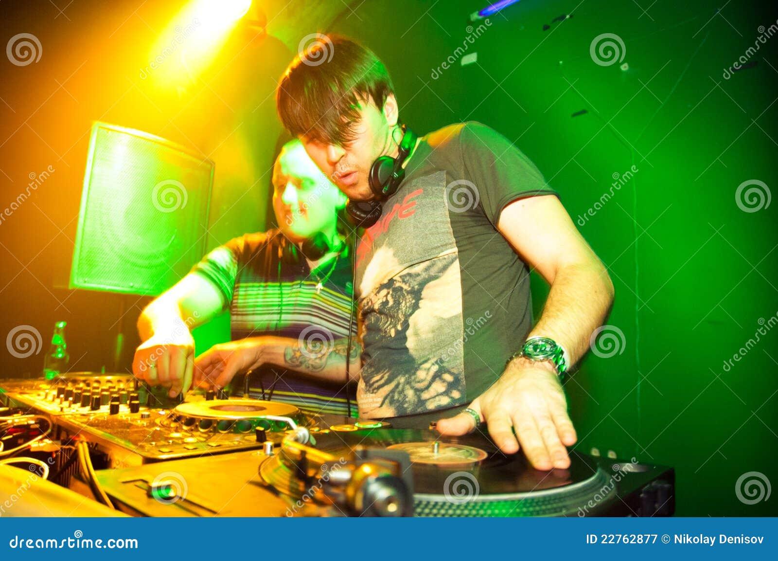 Het spelen van DJ vinyl