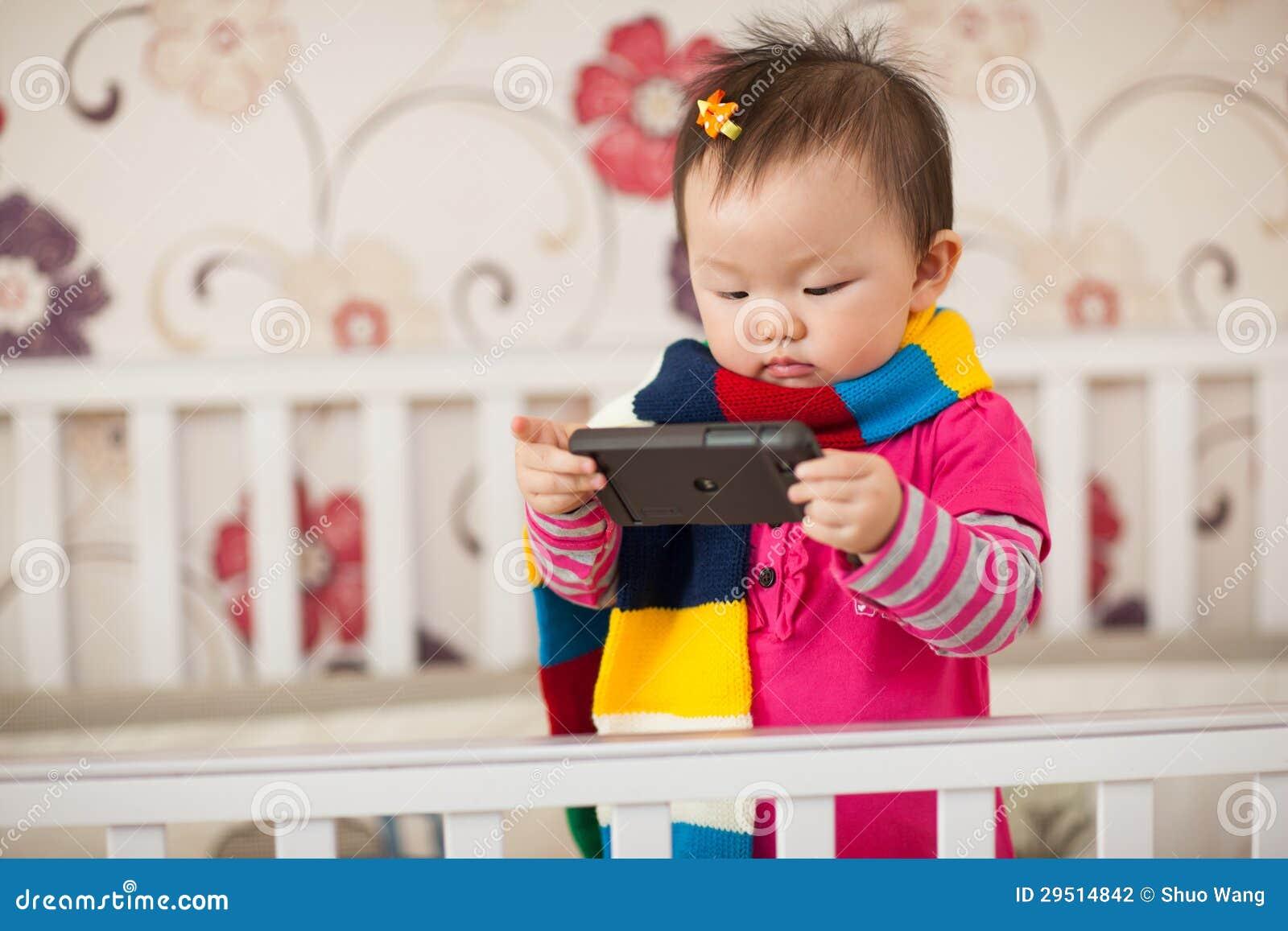 Het spelen van het jonge geitje cellphone