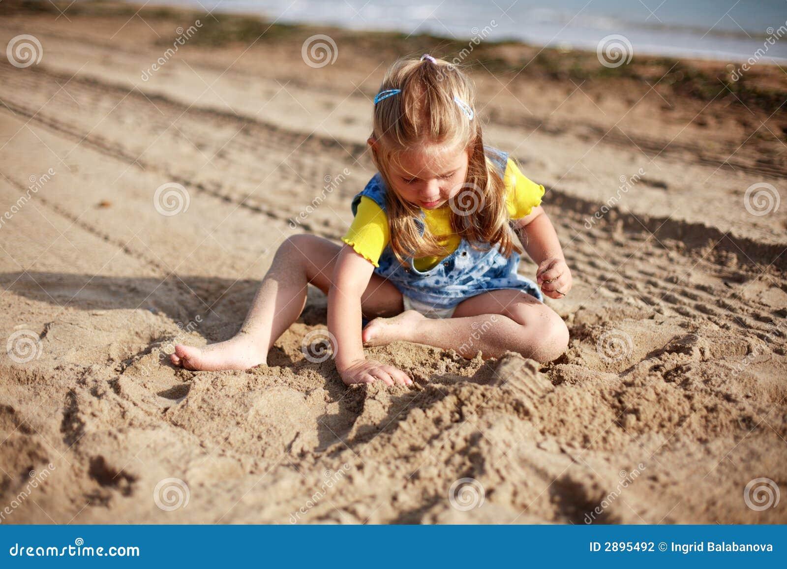 Het spelen van het jonge geitje op strand