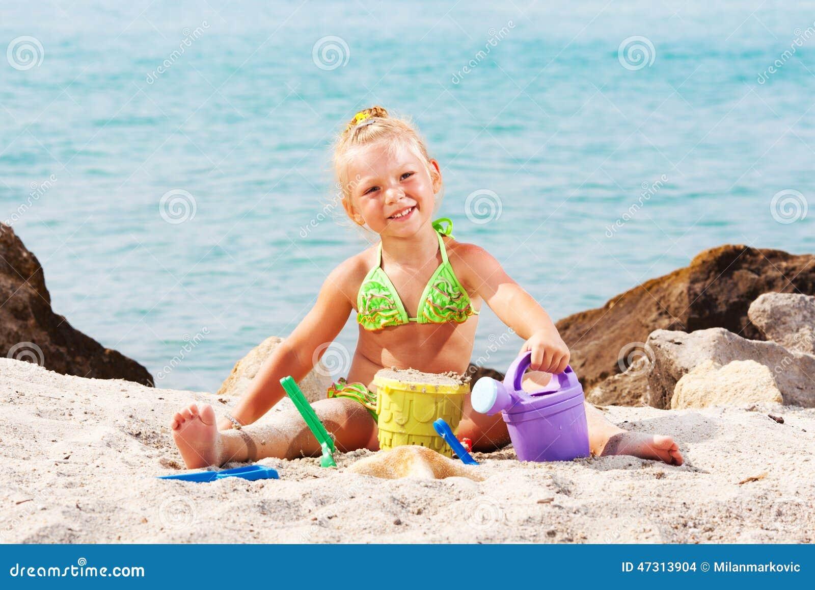 Het spelen van het meisje op het strand
