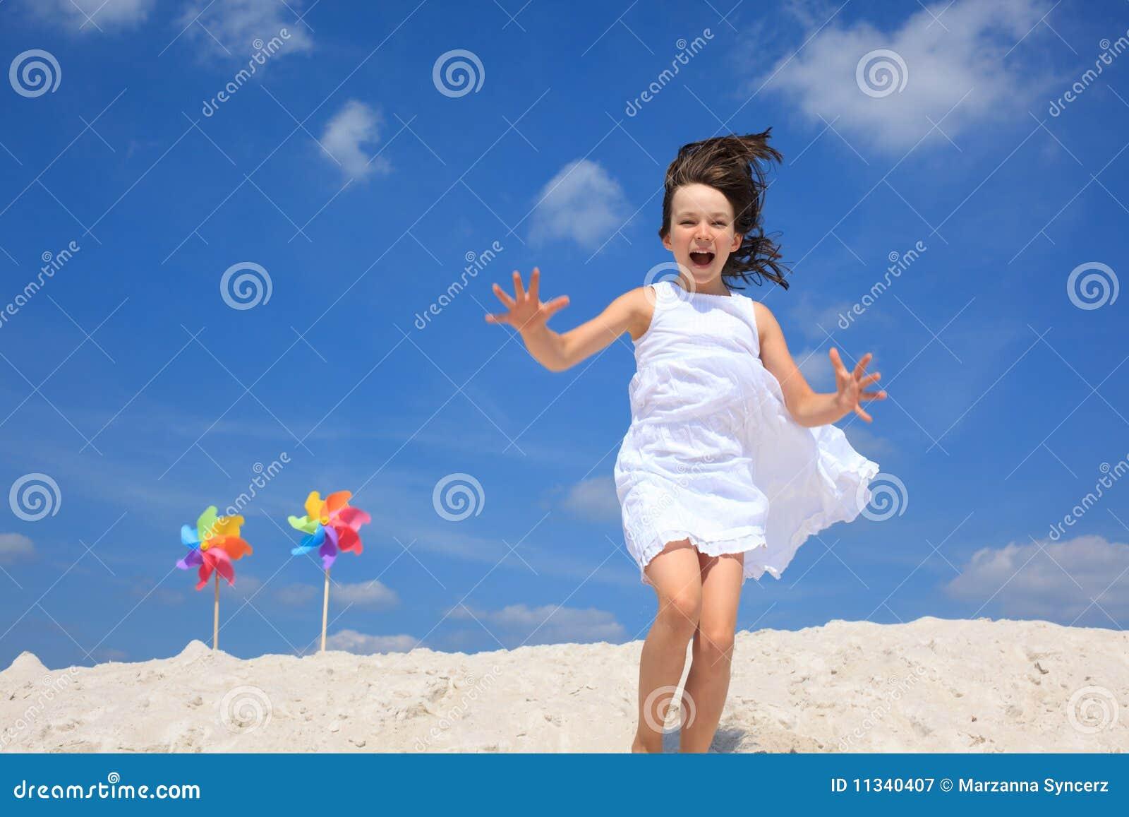 Het spelen van het meisje op strand