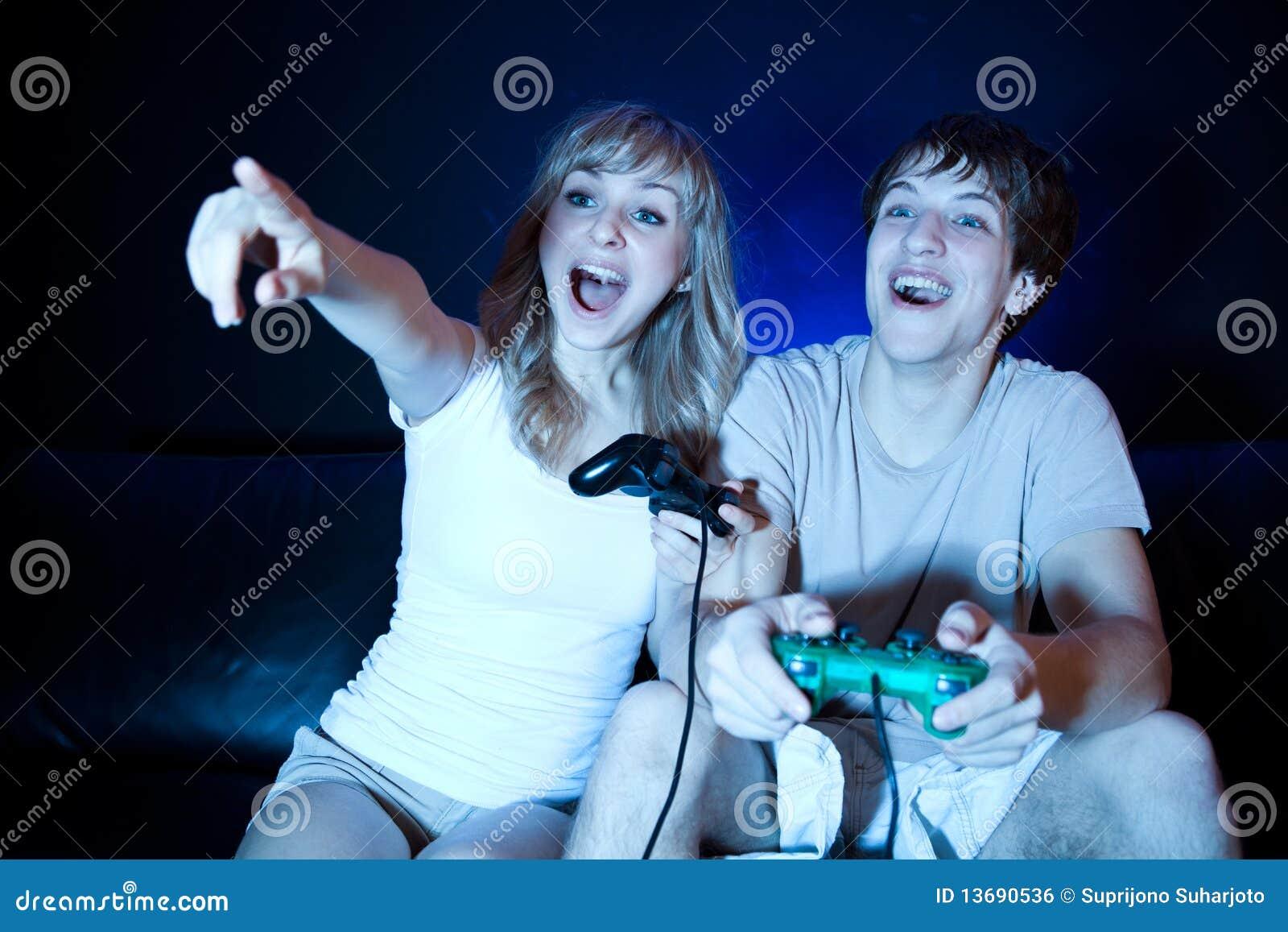 Het spelen van het paar videospelletjes