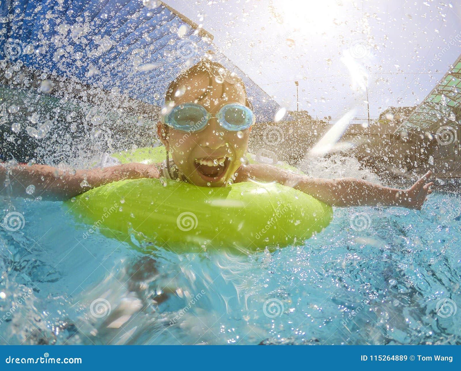 Het spelen van het meisje in het zwembad