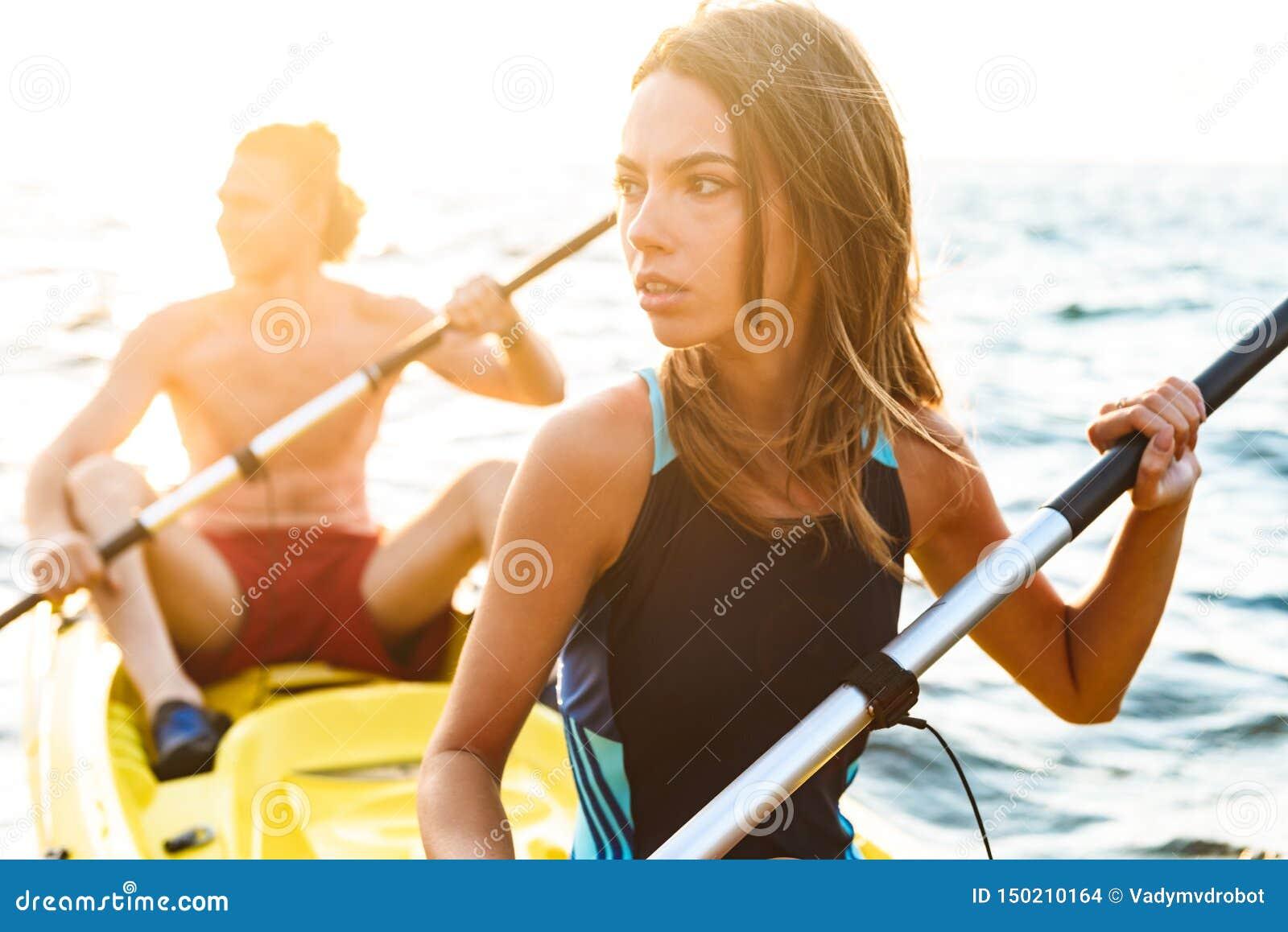 Het sportieve aantrekkelijke paar kayaking