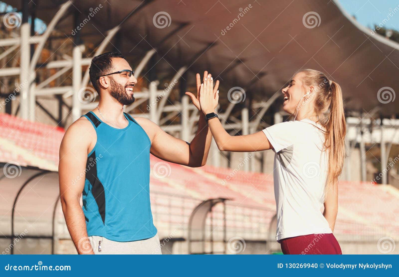 Het Sportishpaar geeft Vijf elkaar