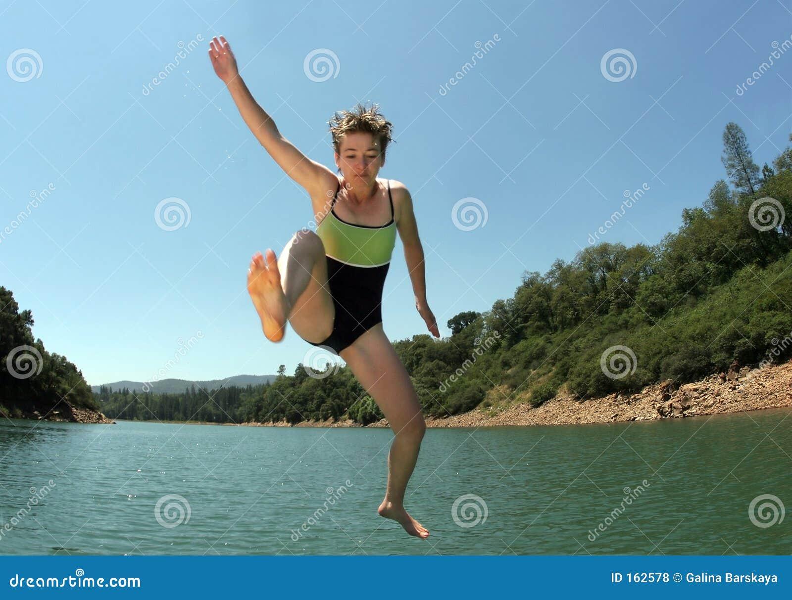 Het springen in het meer