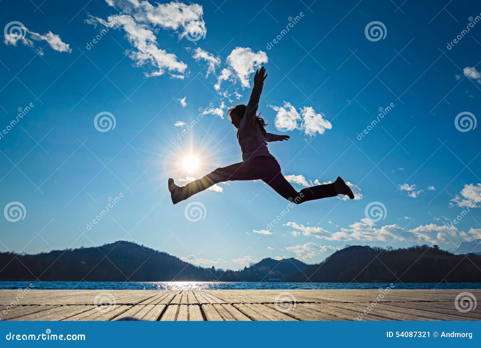 Het springen van het meisje