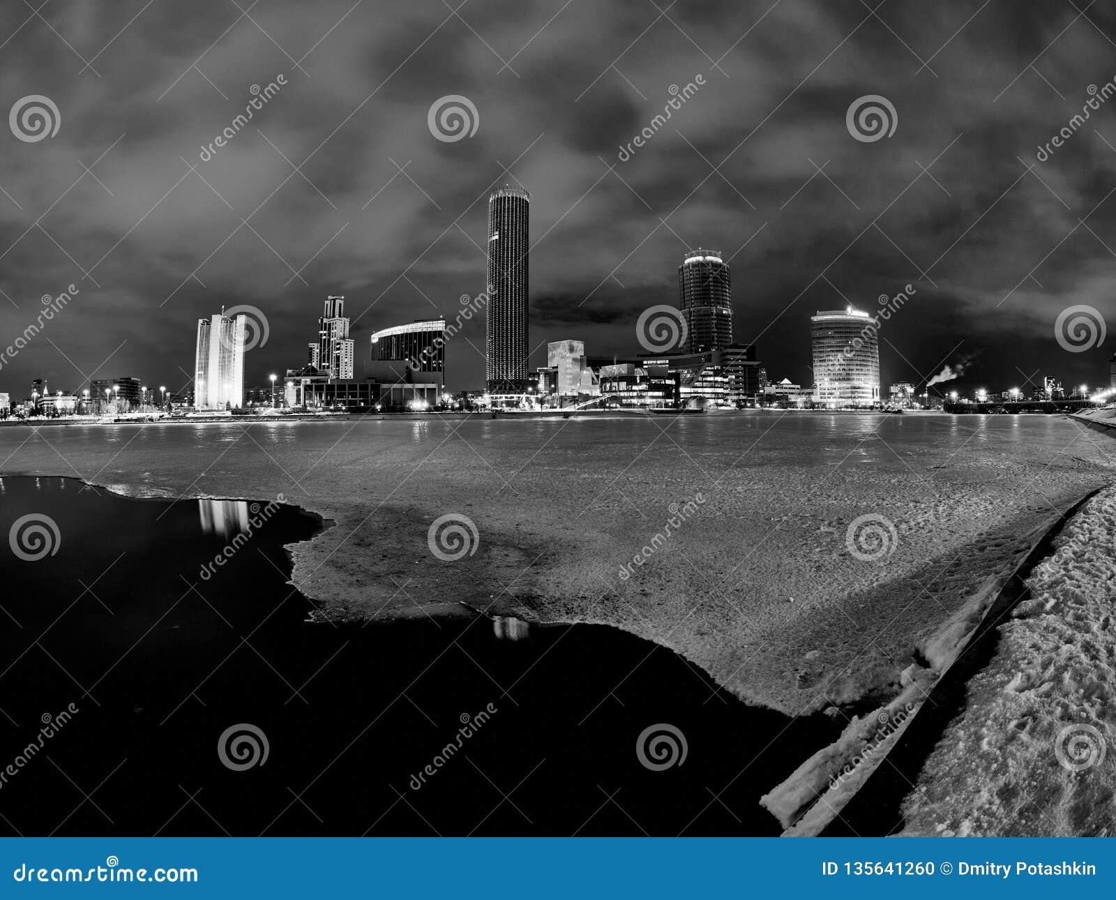 Het stadscentrum van de winter en vijver bij nacht