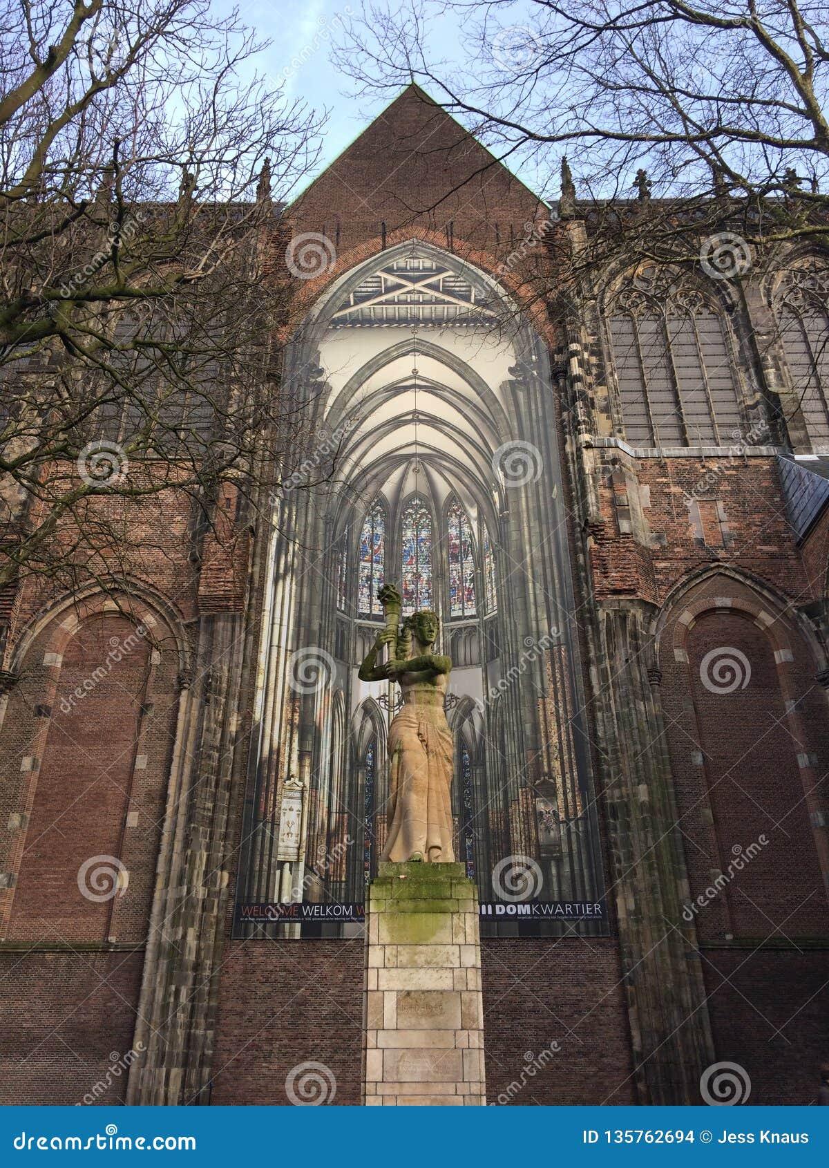 Het standbeeld op Domplein in Utrecht, Nederland