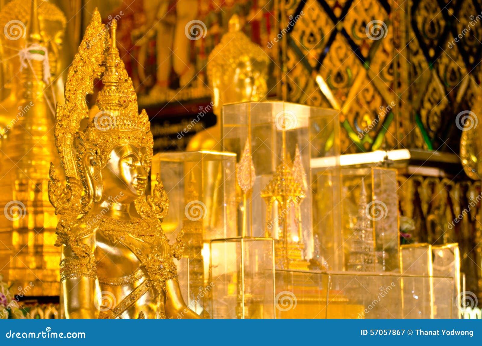 Het standbeeld van Boedha in Wat-klopjetas Hariphunchai tempel