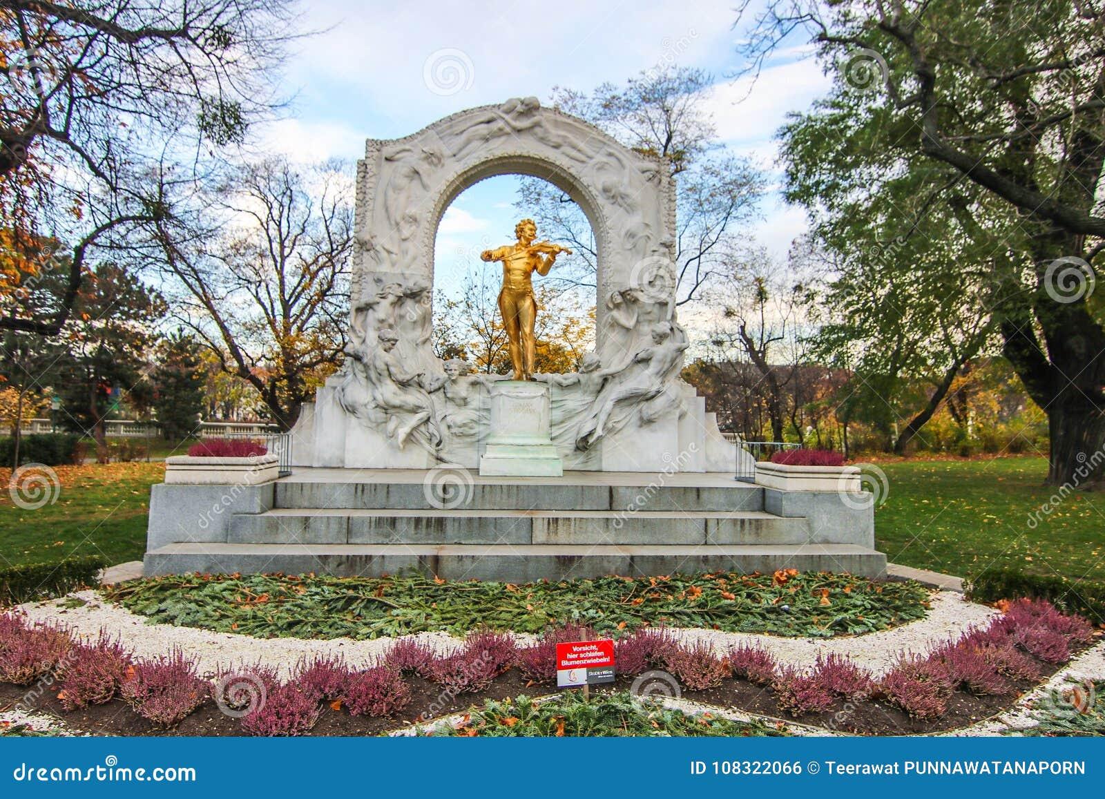 Het standbeeld van Johann Strauss in stadtpark in Wenen, Oostenrijk