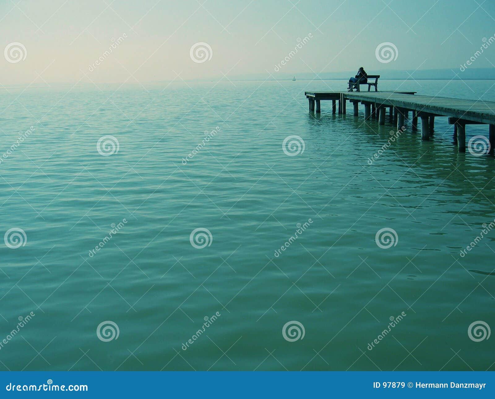 Het staren bij het overzees