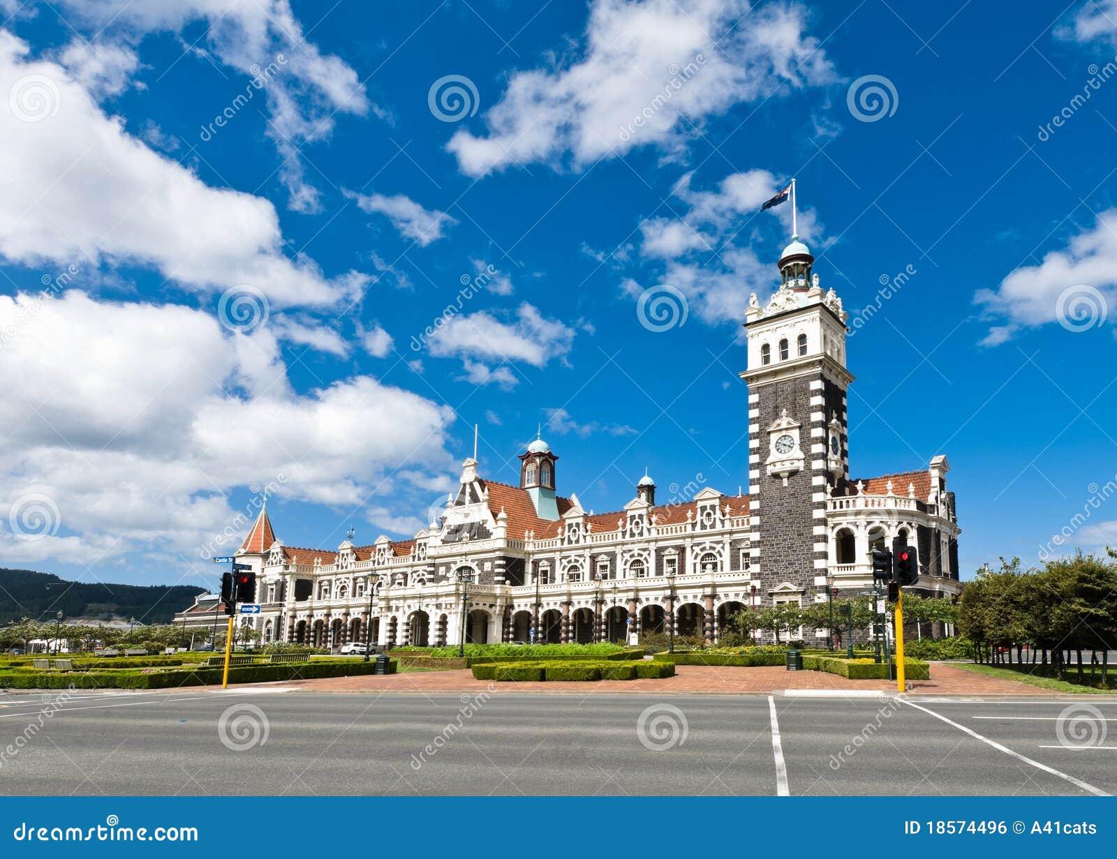 Het Station van Dunedin tijdens een zonnige dag
