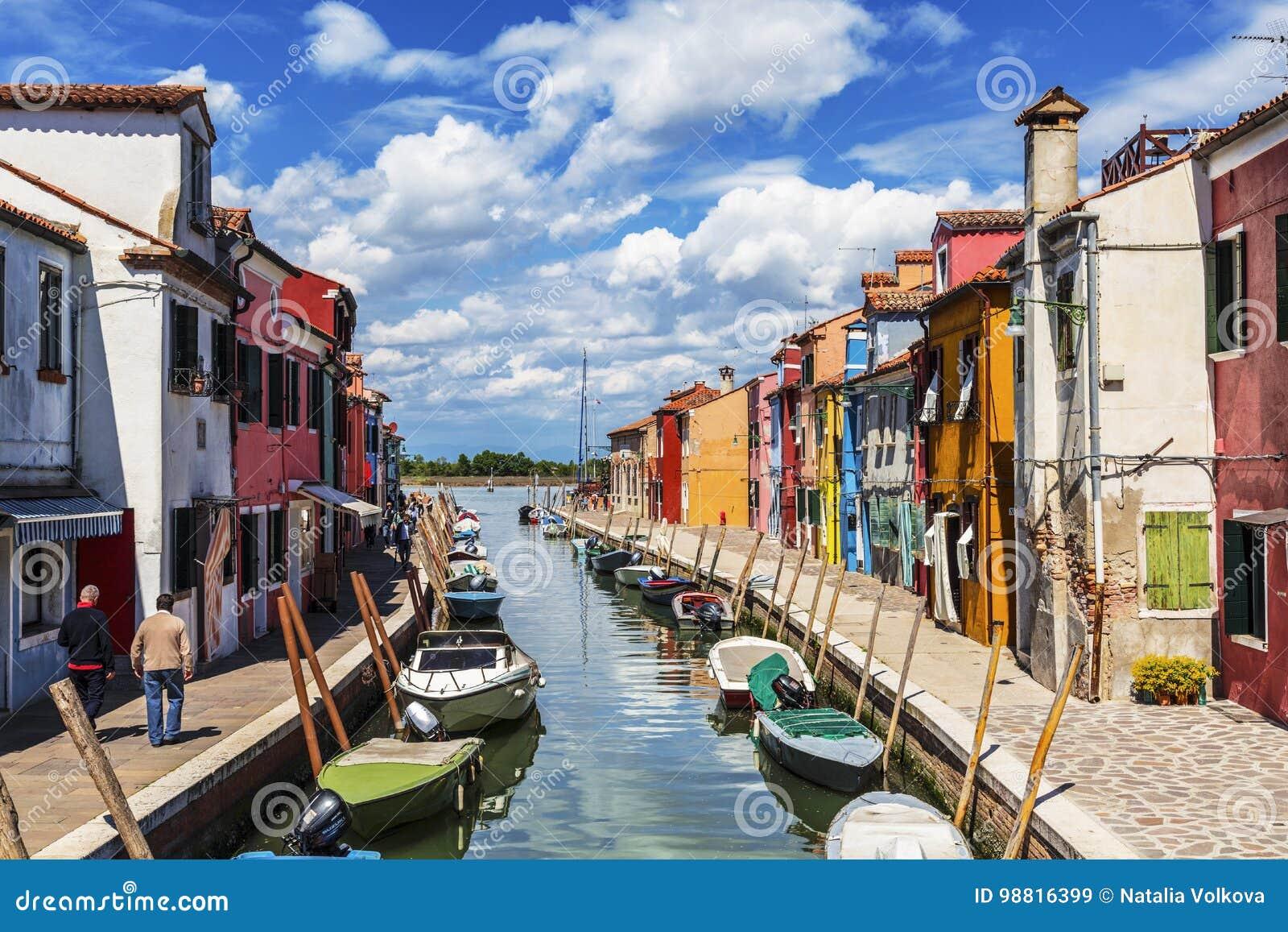 Het stedelijke landschap op het Eiland Burano met heldere kleurrijke gebouwen, Venetië