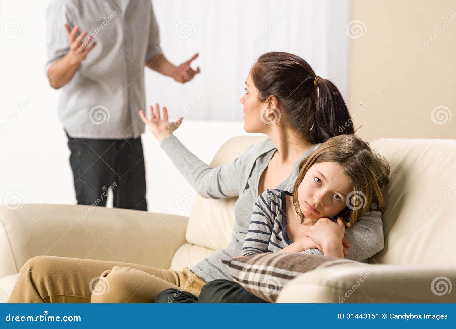 Het stellen van ouders met droevig meisje
