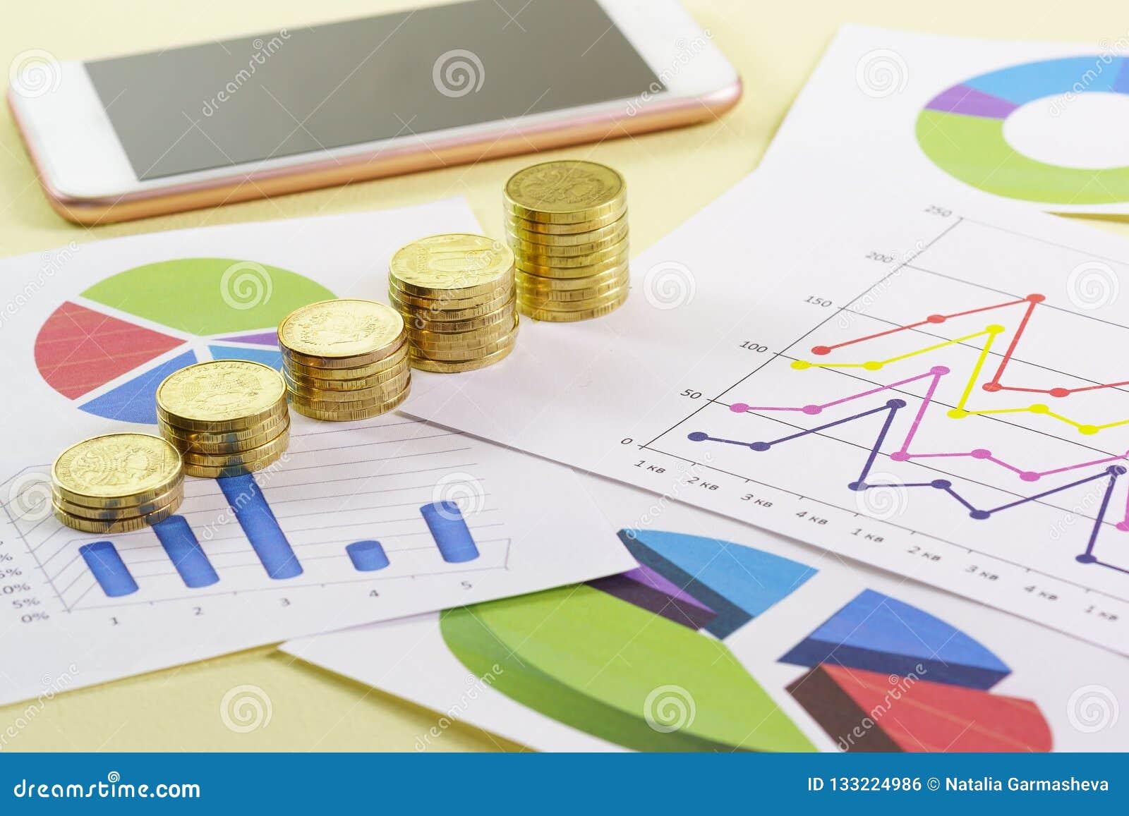 Het stijgen in de grootte van de stapel gouden muntstukken is op gekleurde grafieken Visuele analyse van de staat van de zaken