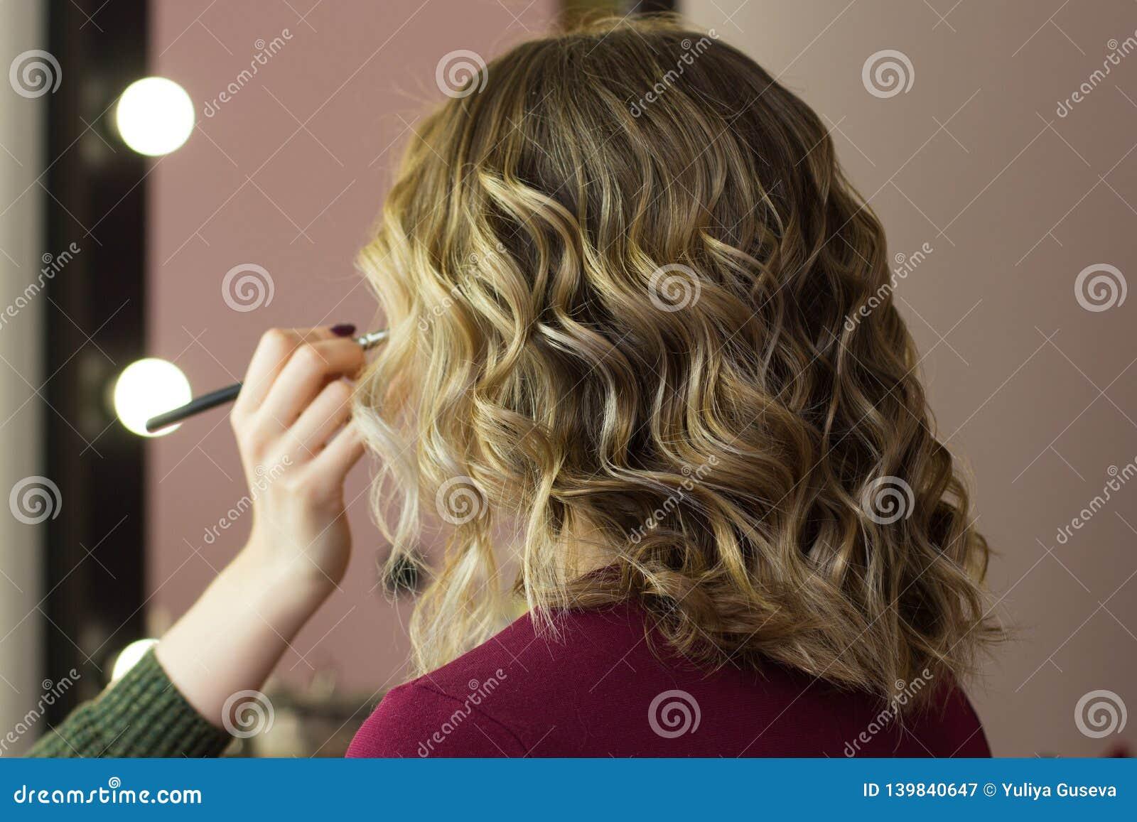 Het stileren de make-up van de haarschoonheid ziet eruit