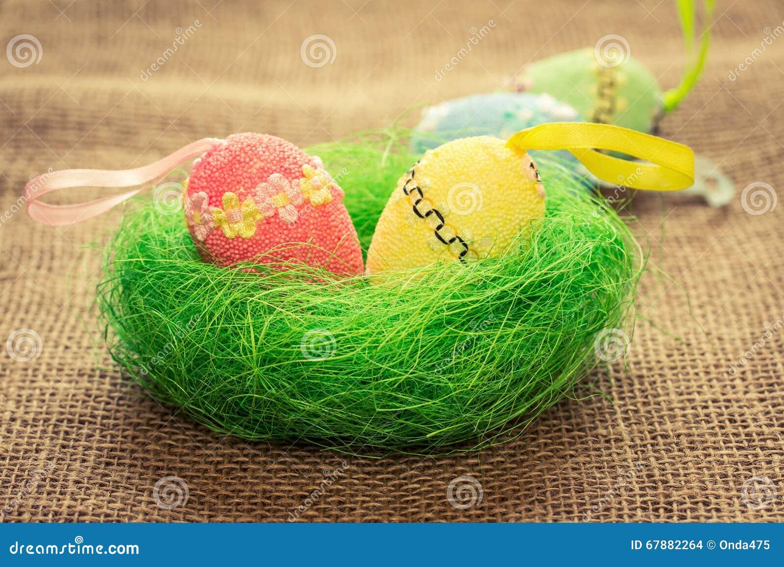 Het stilleven van Pasen De stijl van het land Paaseieren in het nest