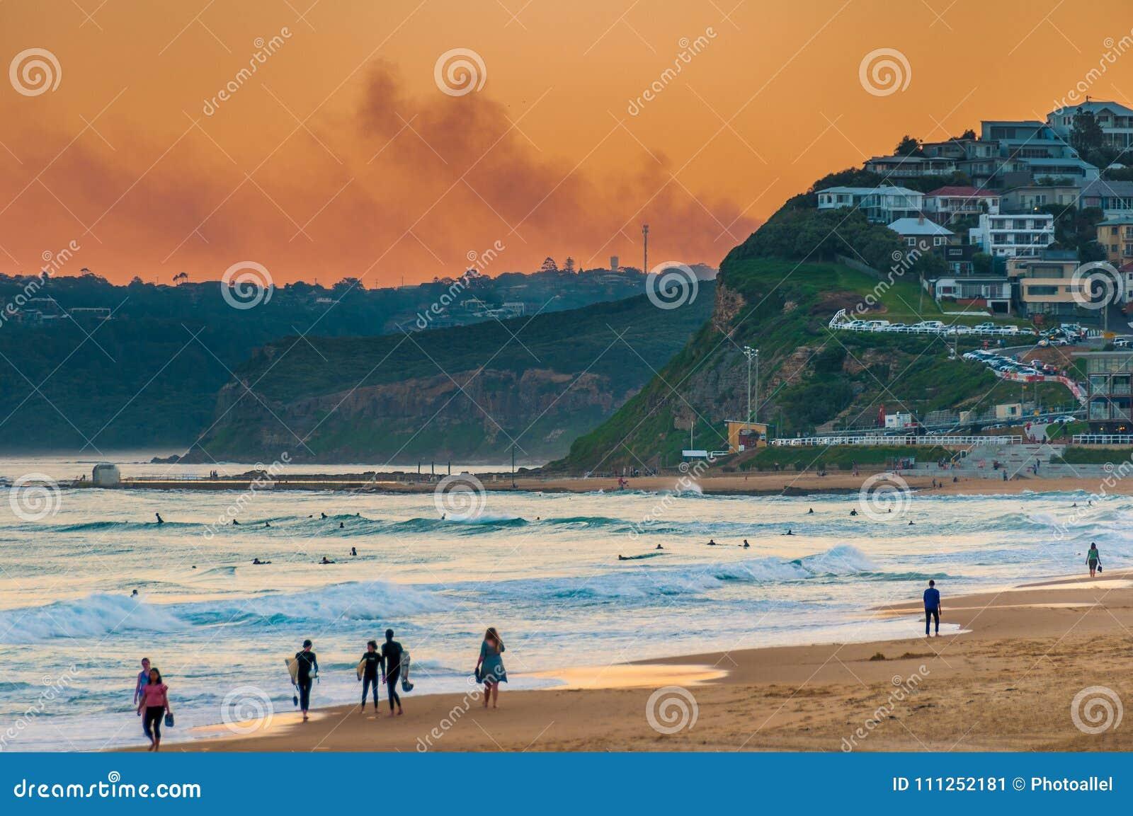 Het Strand Australië van Newcastle bij zonsondergang Newcastle is de oudste stad van Australië ` s tweede