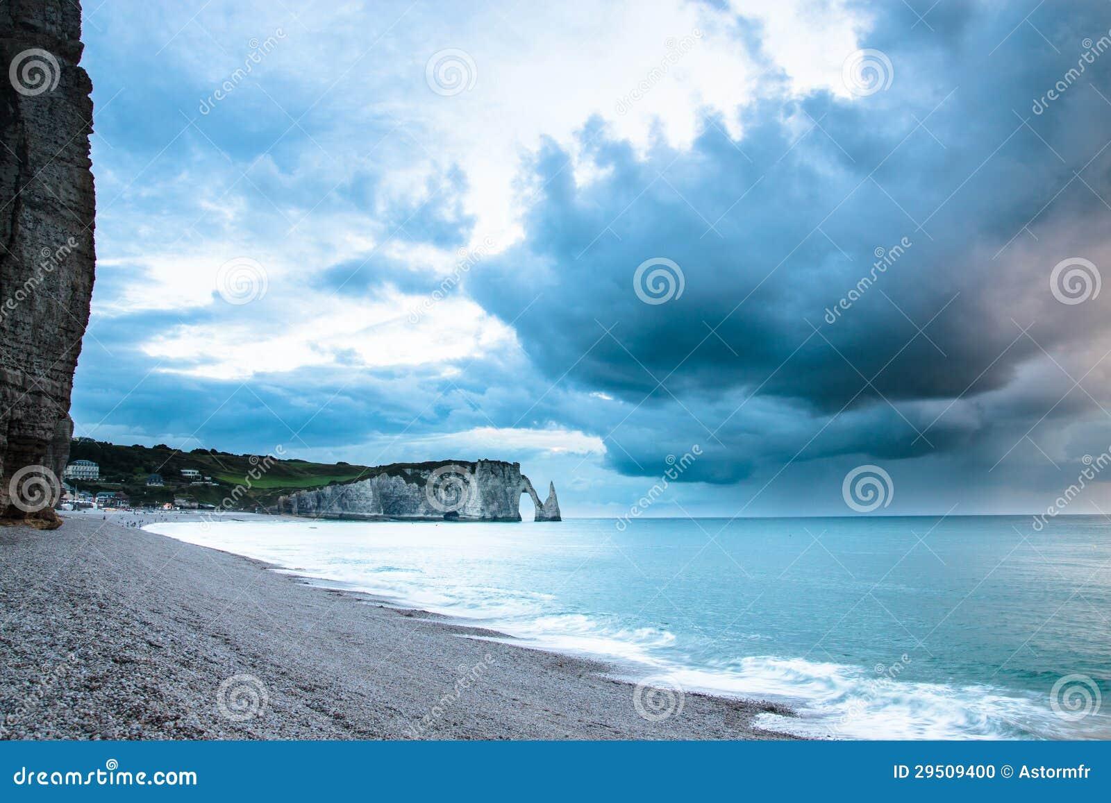 Het strand van de kiezelsteen in de kust van Normandië in Frankrijk
