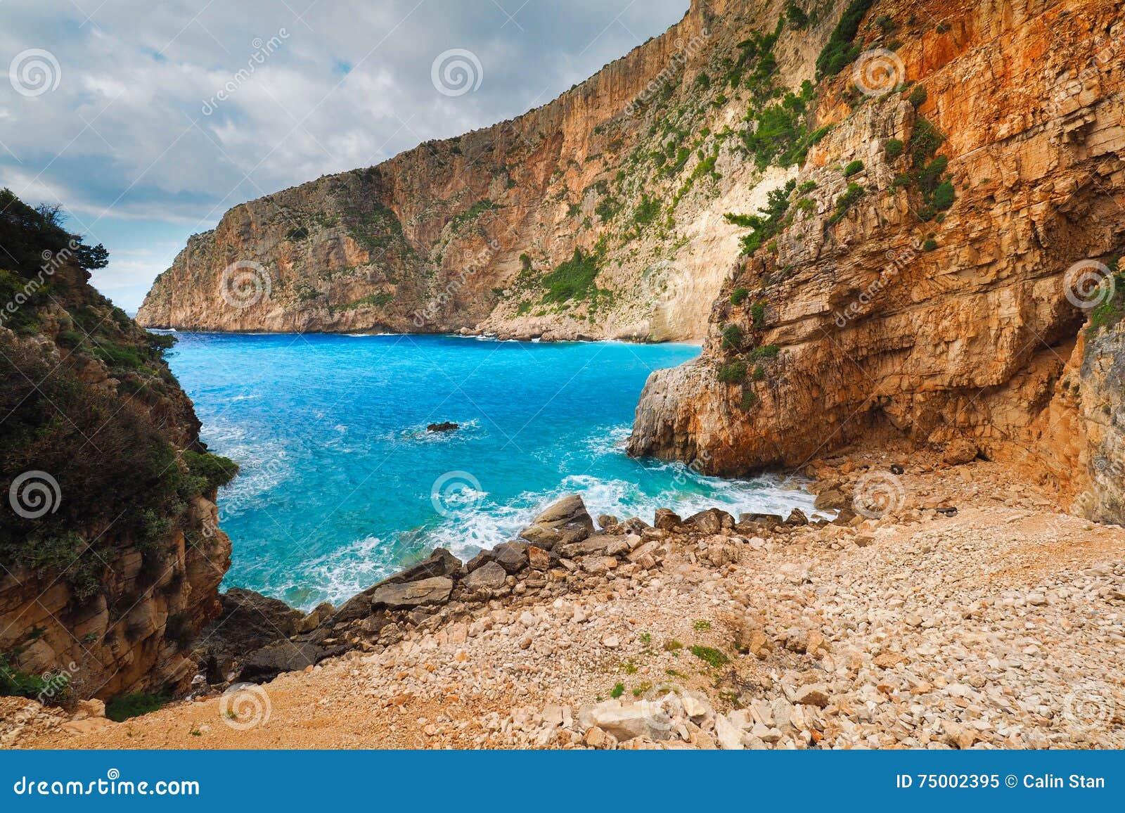 Het strand van Griekenland in Zakynthos met iconische blauwe wateren en de zomerhemel