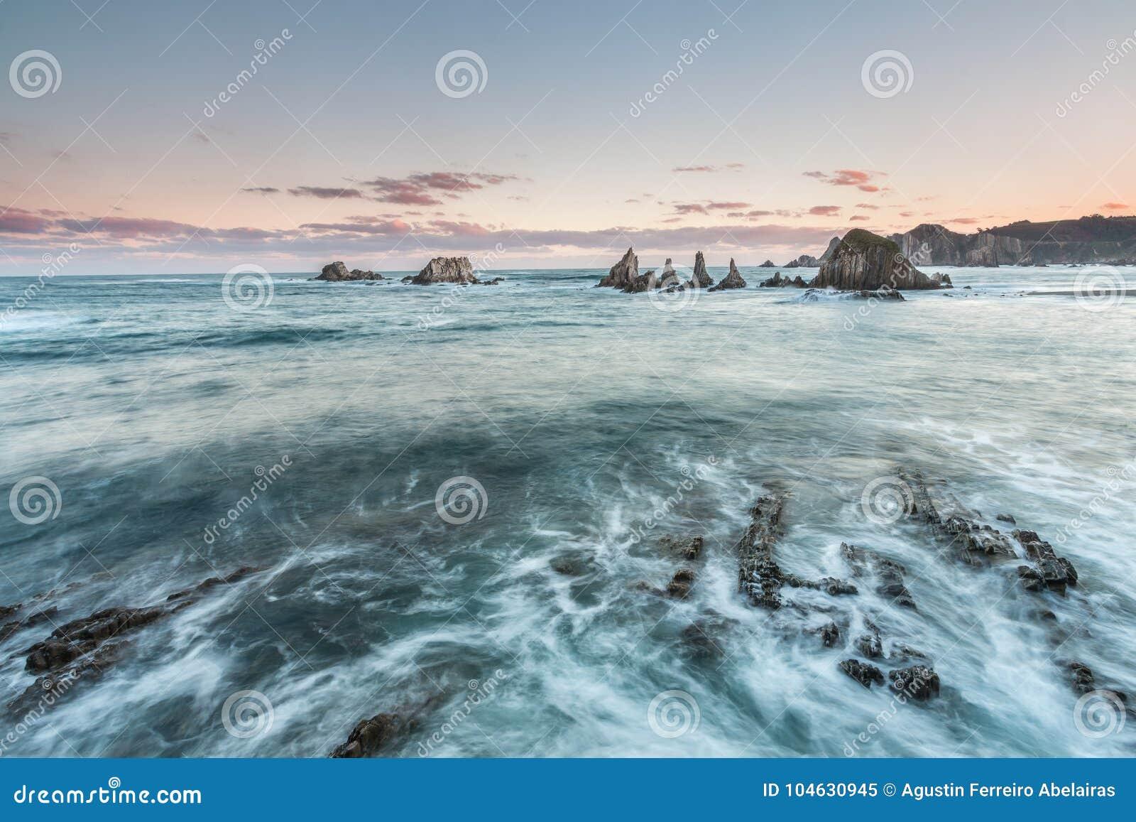 Download Het strand van Gueirúa stock afbeelding. Afbeelding bestaande uit voor - 104630945