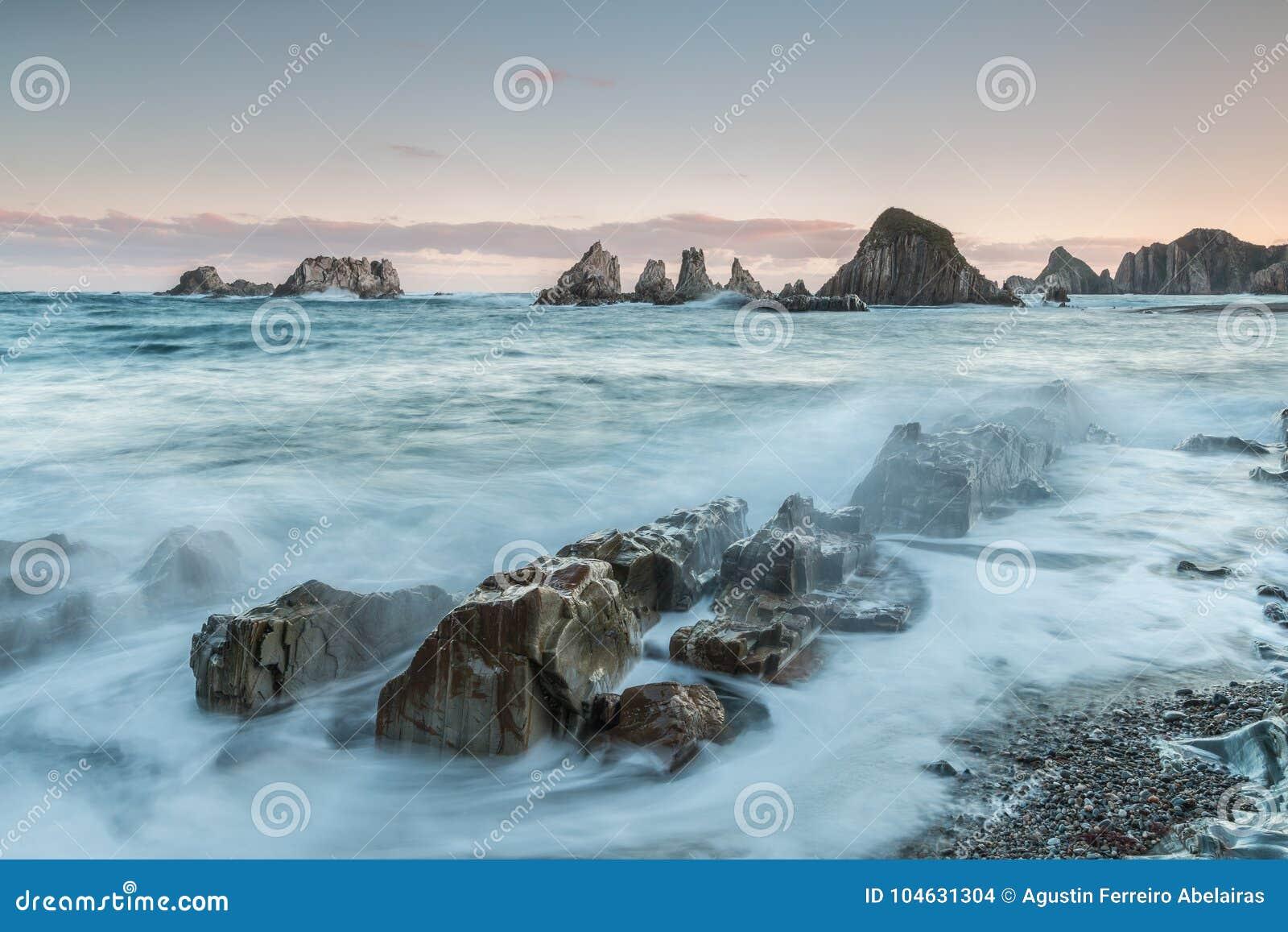 Download Het strand van Gueirúa stock foto. Afbeelding bestaande uit klein - 104631304