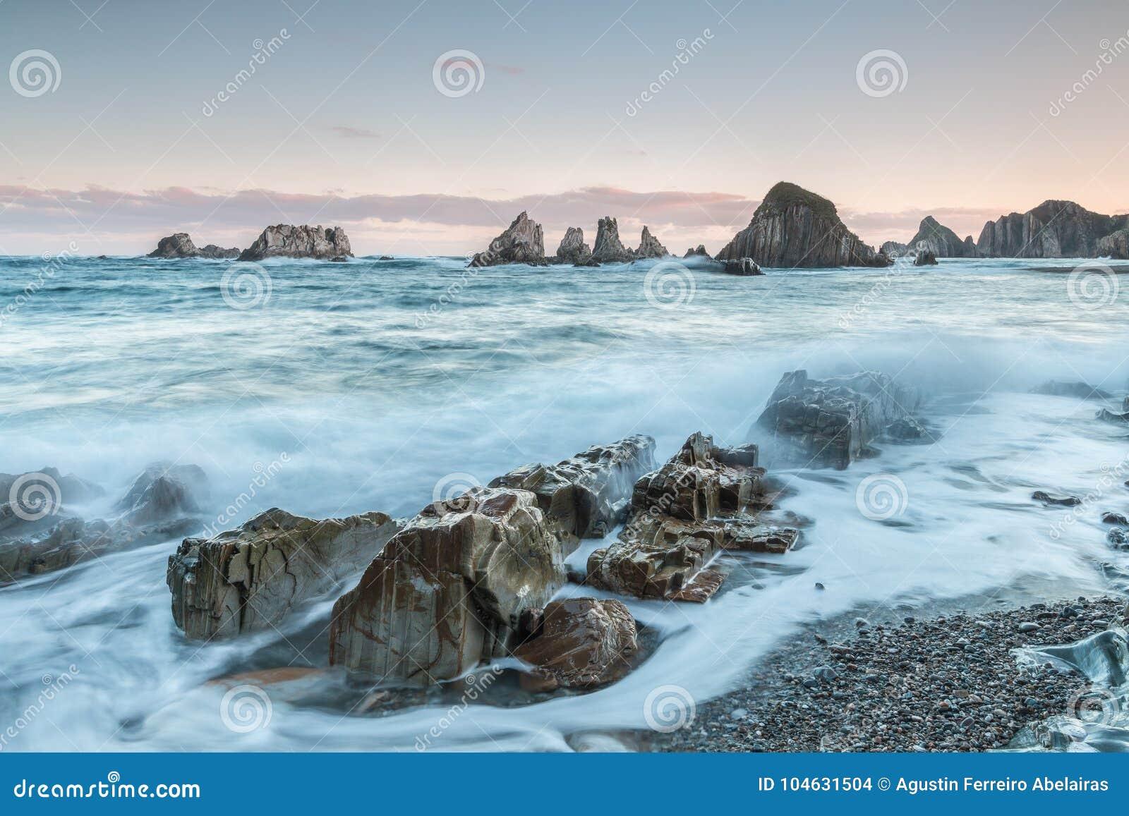 Download Het strand van Gueirúa stock foto. Afbeelding bestaande uit kiezelstenen - 104631504