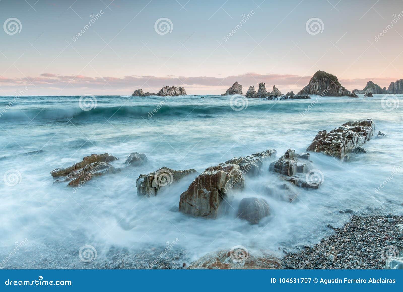 Download Het strand van Gueirúa stock afbeelding. Afbeelding bestaande uit allen - 104631707