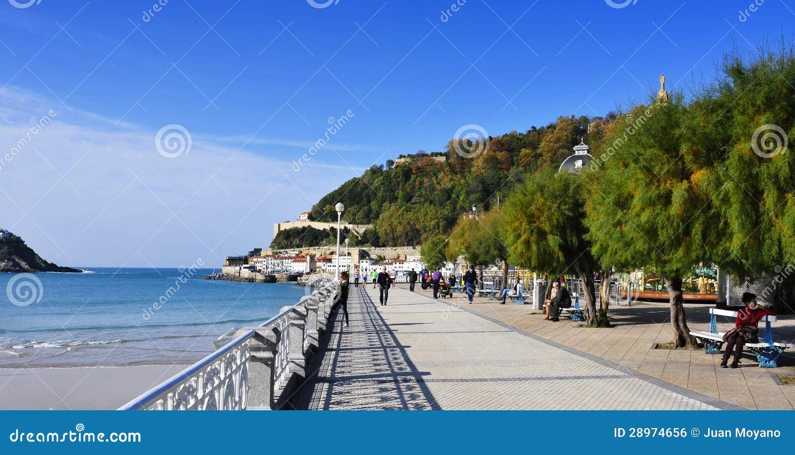 Het strand van la concha in san sebastian spanje - Office de tourisme san sebastian espagne ...