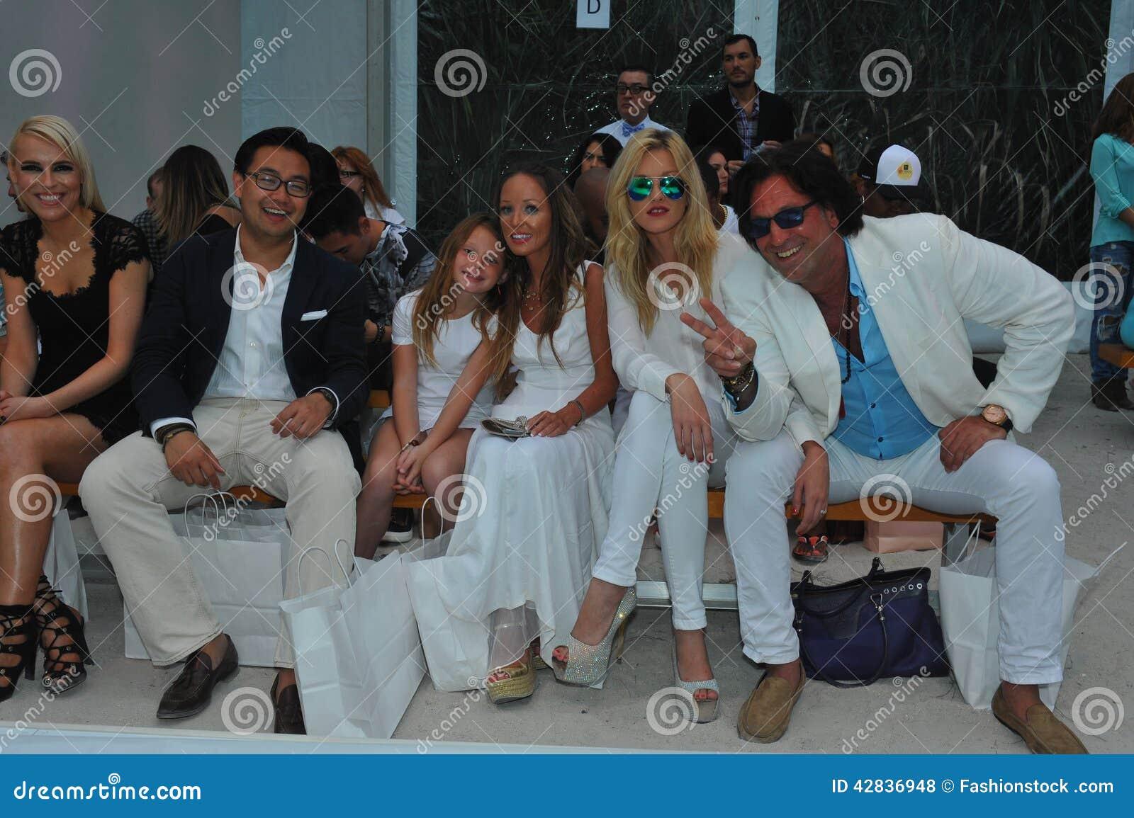 Het Strand Van Miami Fl Juli 21 De Gasten Wonen A Bij Z Araujo