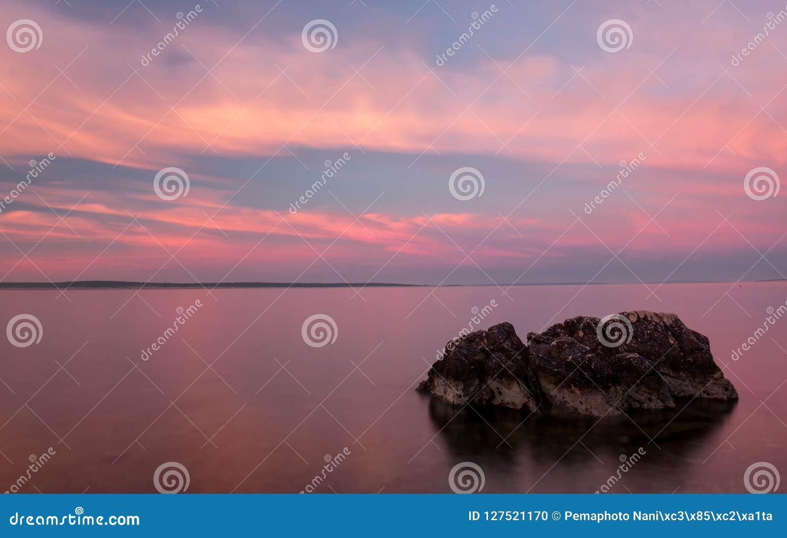 Het Strand van zonsopgangkroatië met Pastelkleur en Rots in Voorgrond
