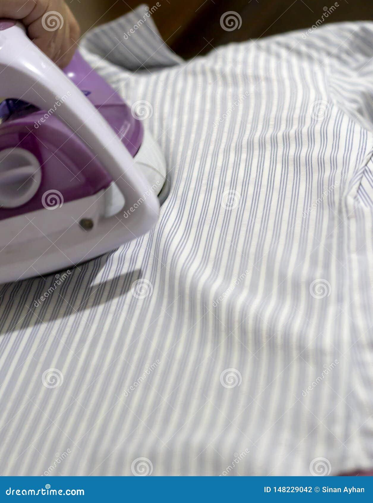 Het strijken verstrekt elegante kleren voor het toevallige en formele leven