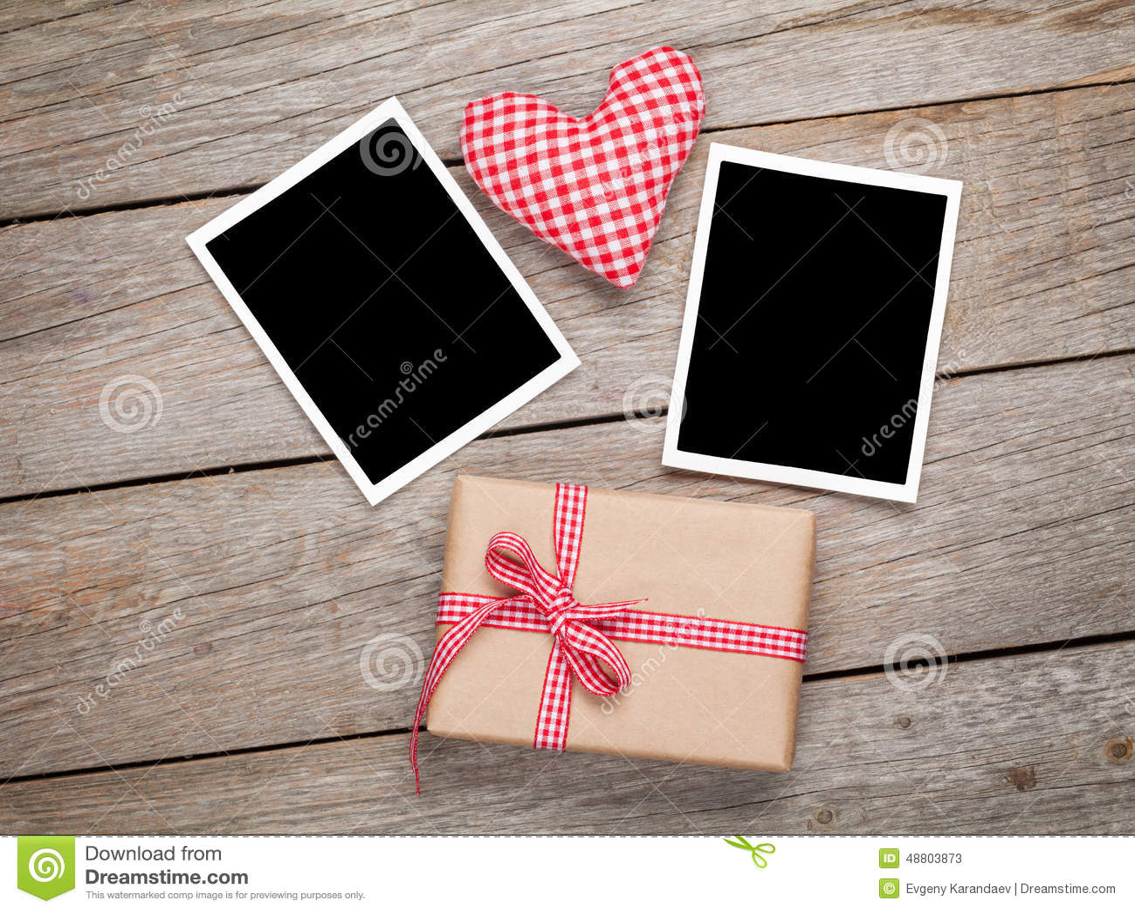 Het stuk speelgoed van de valentijnskaartendag hart, lege fotokaders en giftdoos