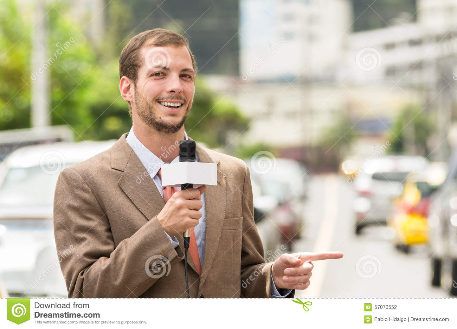 Het succesvolle aantrekkelijke mannelijke journalist dragen