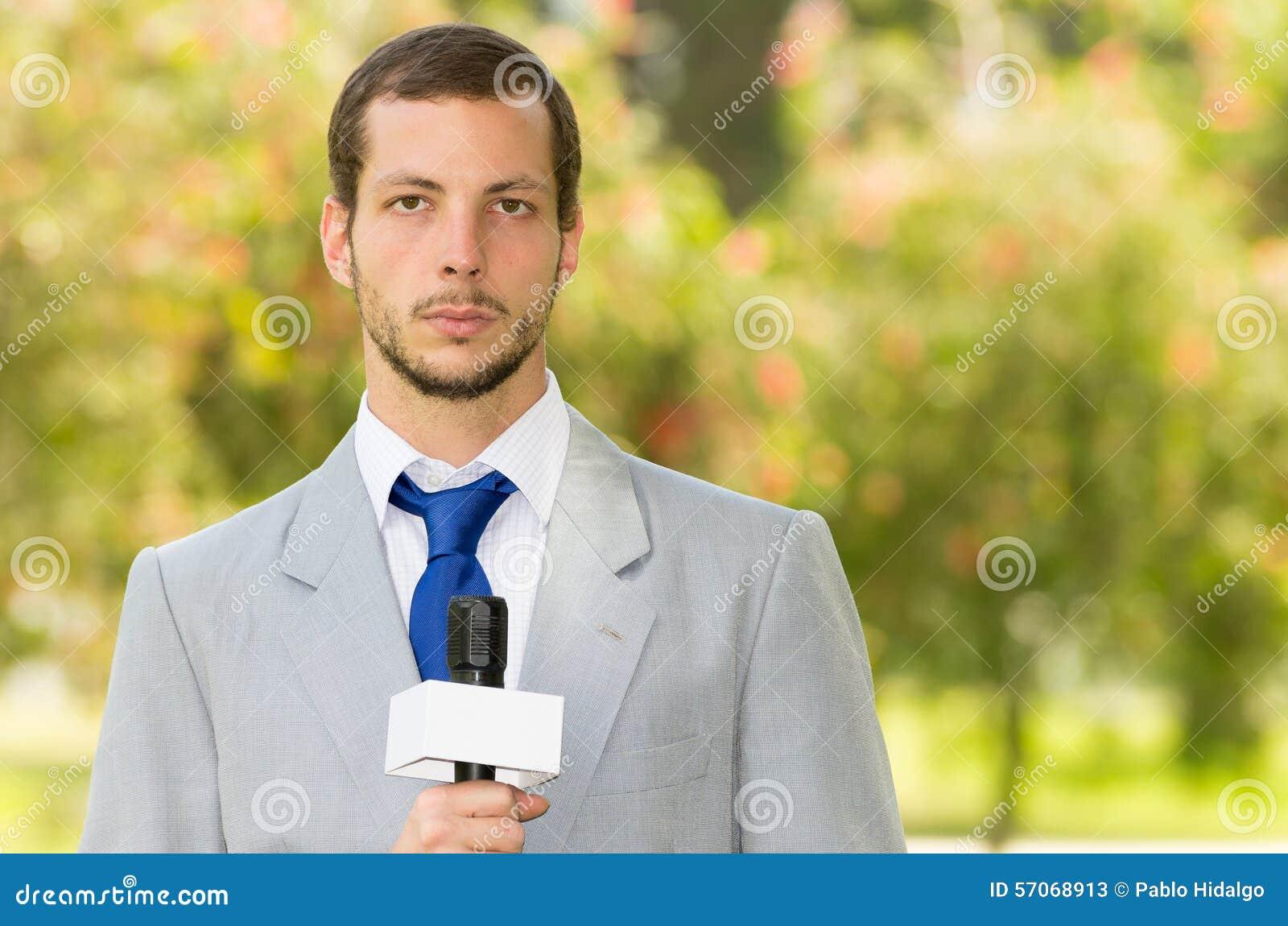 Het succesvolle knappe mannelijke nieuwsverslaggever dragen