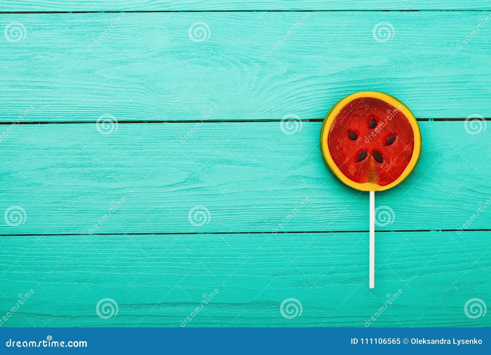 Het suikergoedvoedsel van de watermeloenzomer op blauwe houten achtergrond Hoogste mening Spot omhoog De ruimte van het exemplaar