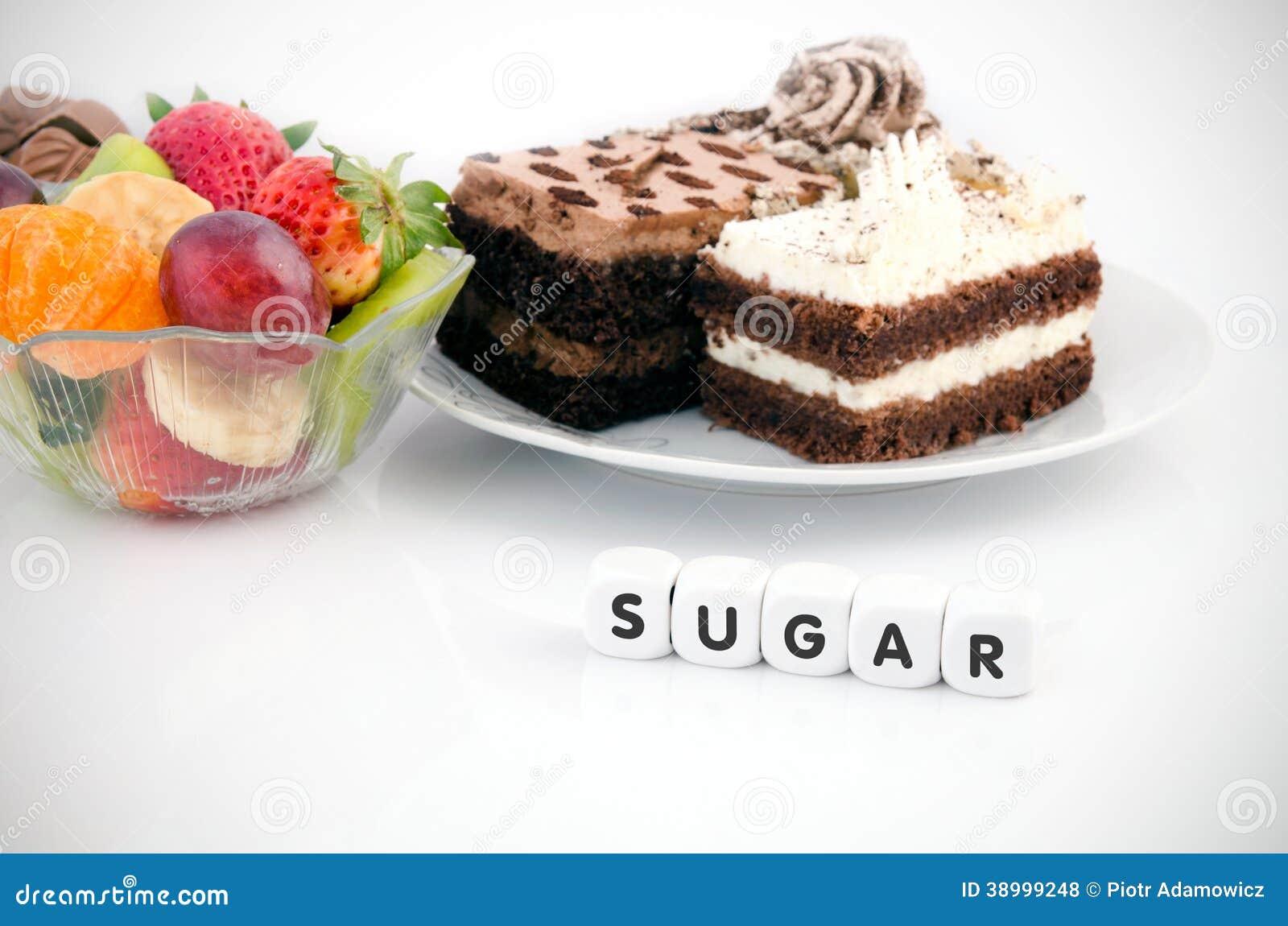 Het suikerwoord dobbelt. Cake en vruchten op achtergrond