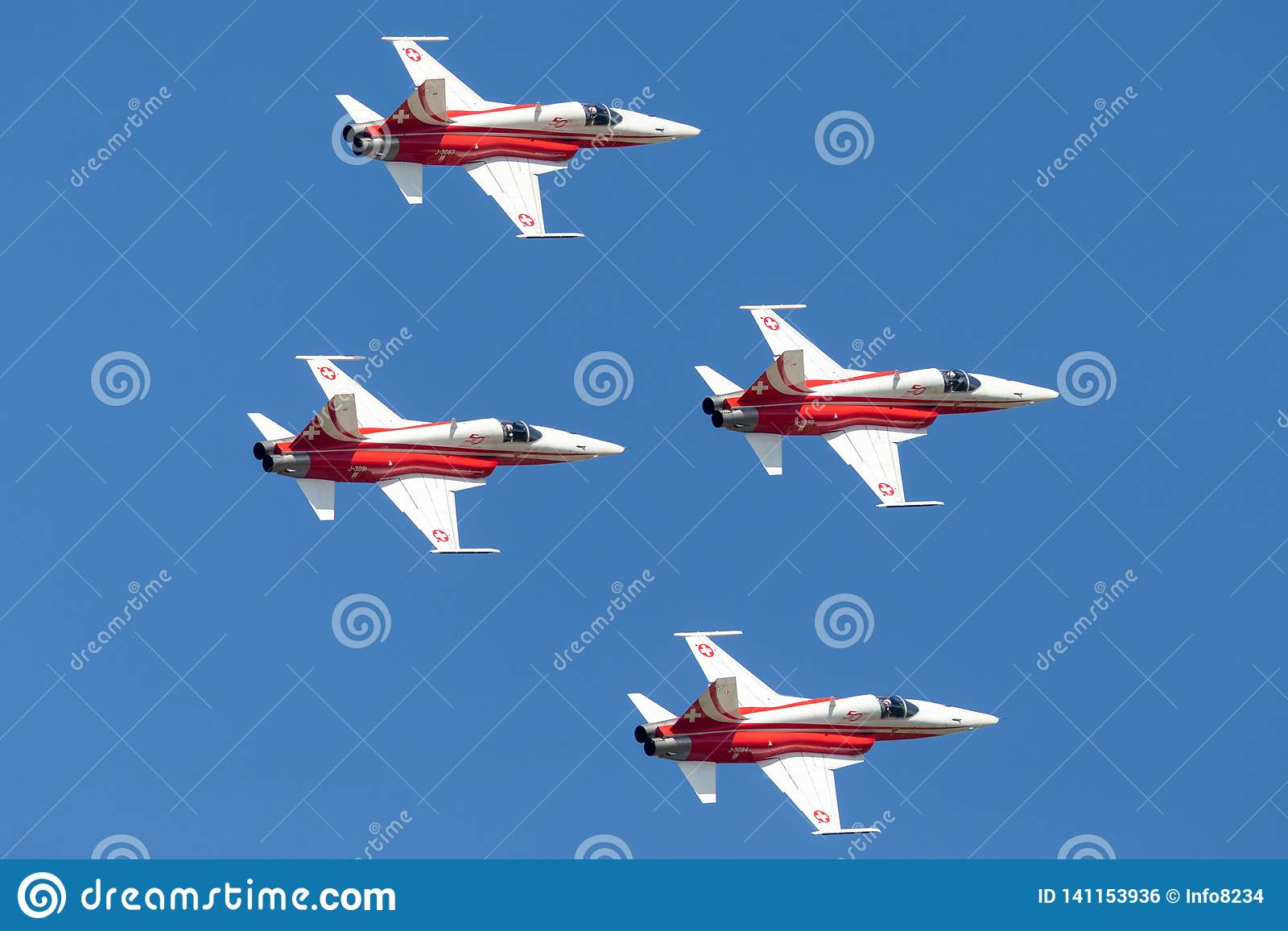 Het team van de de vormingsvertoning van Patrouillesuisse van de Swiss Air-Kracht die die de vechtersvliegtuigen vliegen van Nort