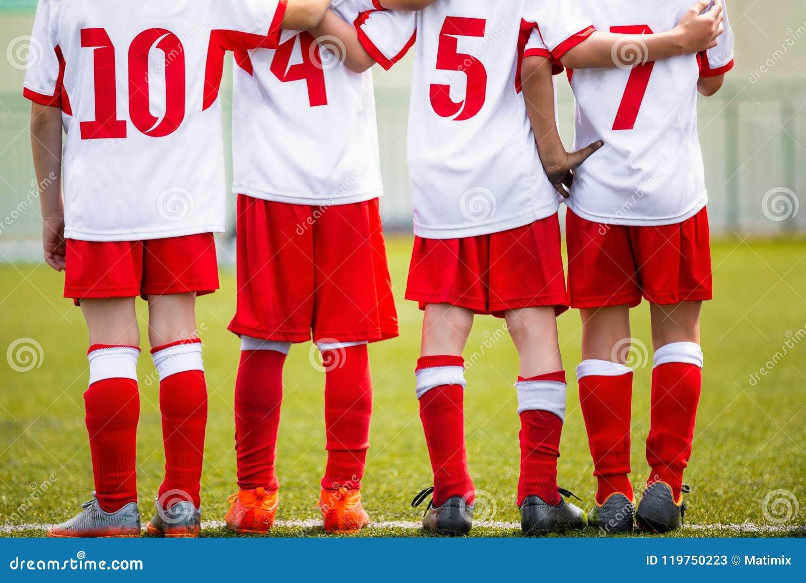 Het team van voetbalkinderen Het substituutspelers die van het jonge geitjesvoetbal zich op een rij verenigen