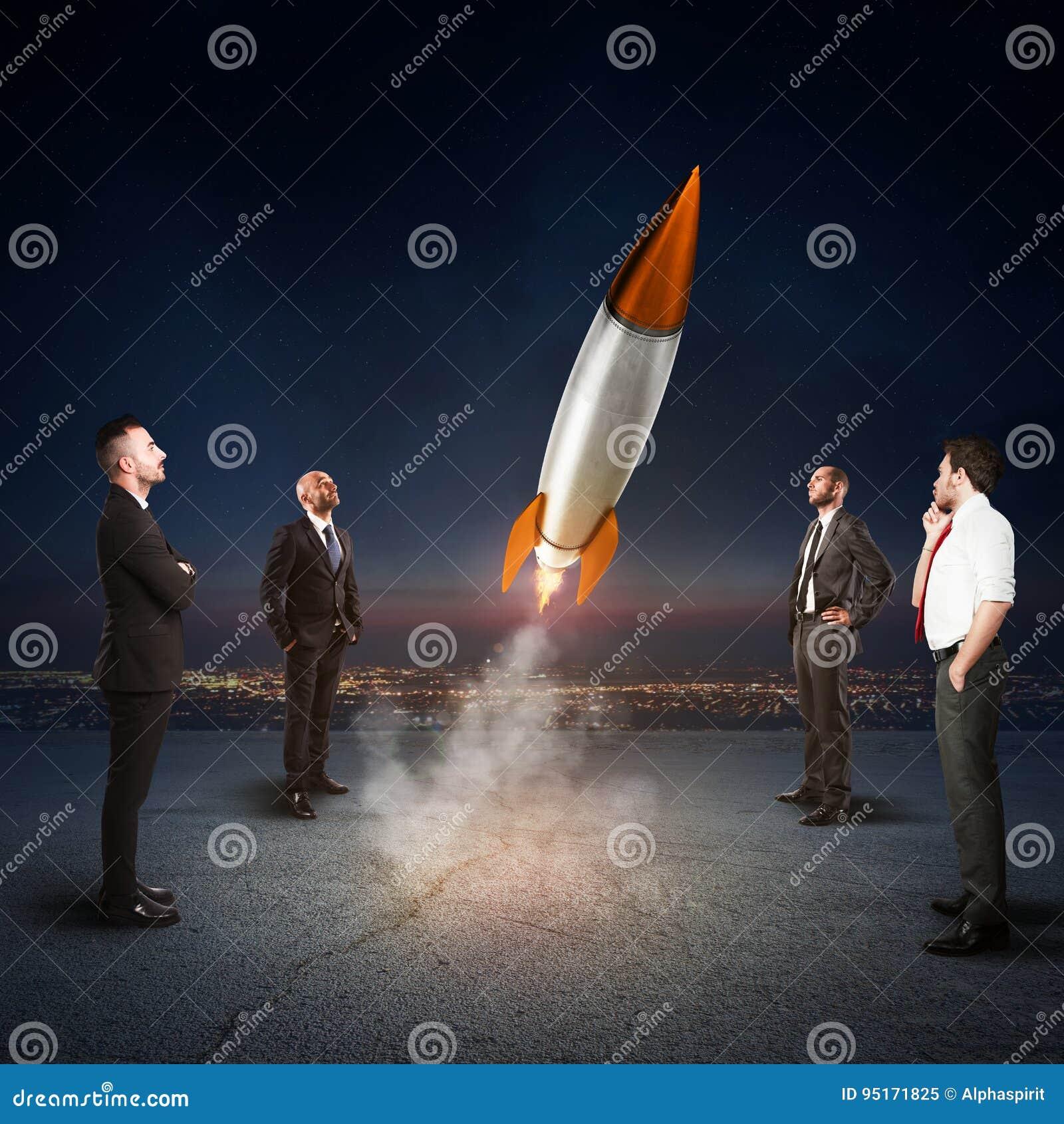 Het team van zakenlui kijkt begin een raket Concept bedrijfopstarten en nieuwe zaken het 3d teruggeven