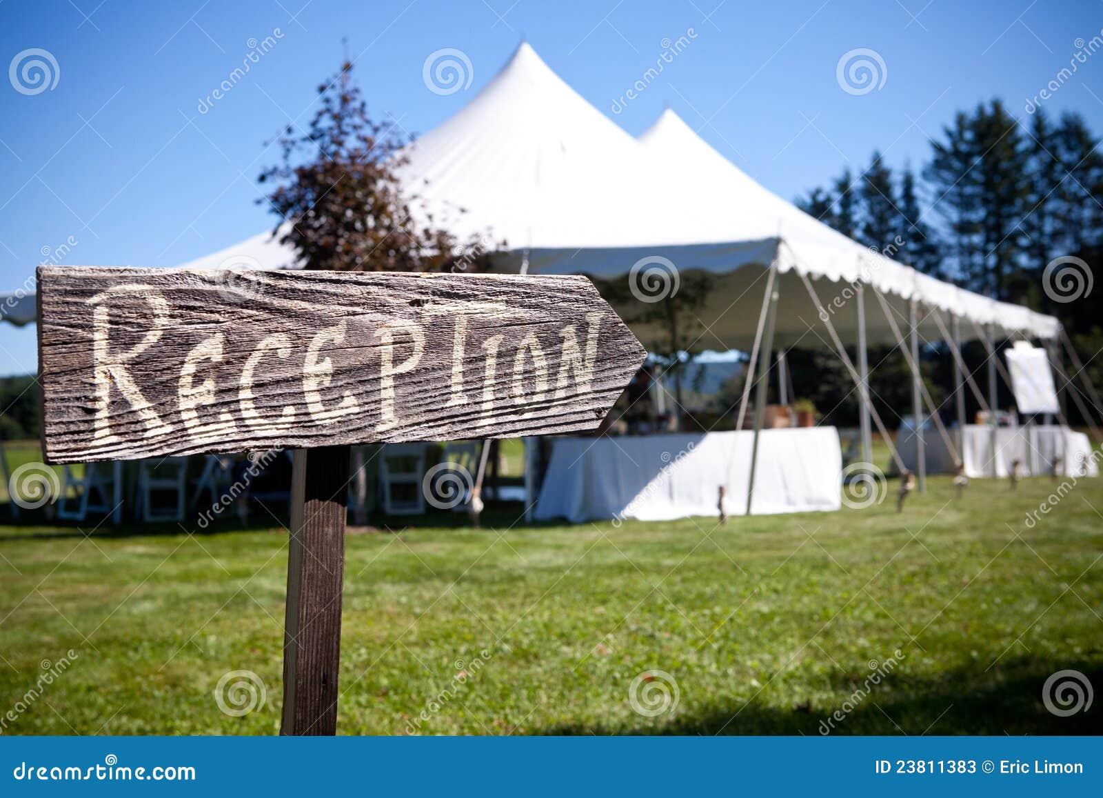 Het teken richt de manier aan de huwelijkstent