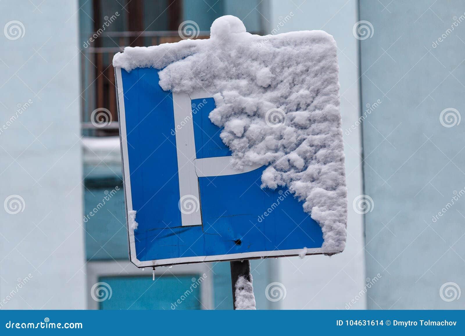 Download Het Teken Van Het Autoparkeren Met Sneeuw Wordt Behandeld Die Stock Foto - Afbeelding bestaande uit informatie, land: 104631614