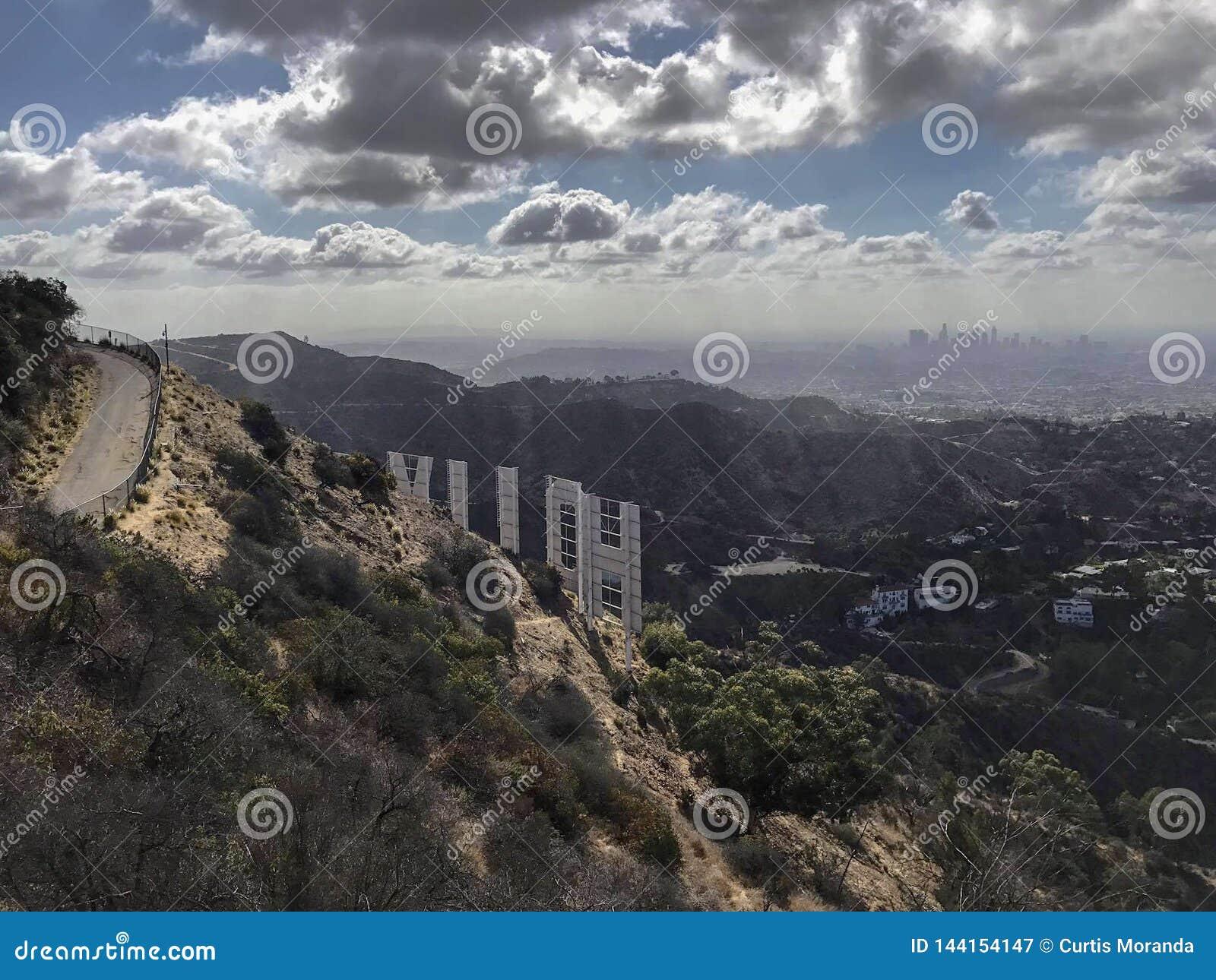 Het teken van Hollywood op een blauwe hemel
