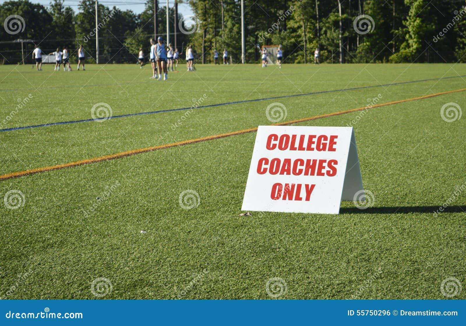 Het Teken van universiteitsbussen bij Meisjeslacrosse die Toernooien aanwerven