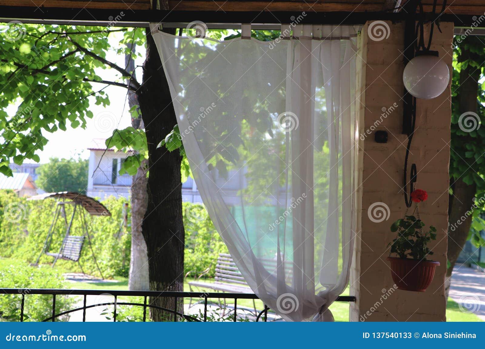 Het terras of de verandabinnenland van het de zomerrestaurant met open plek Van de grasdecor en tuin mening
