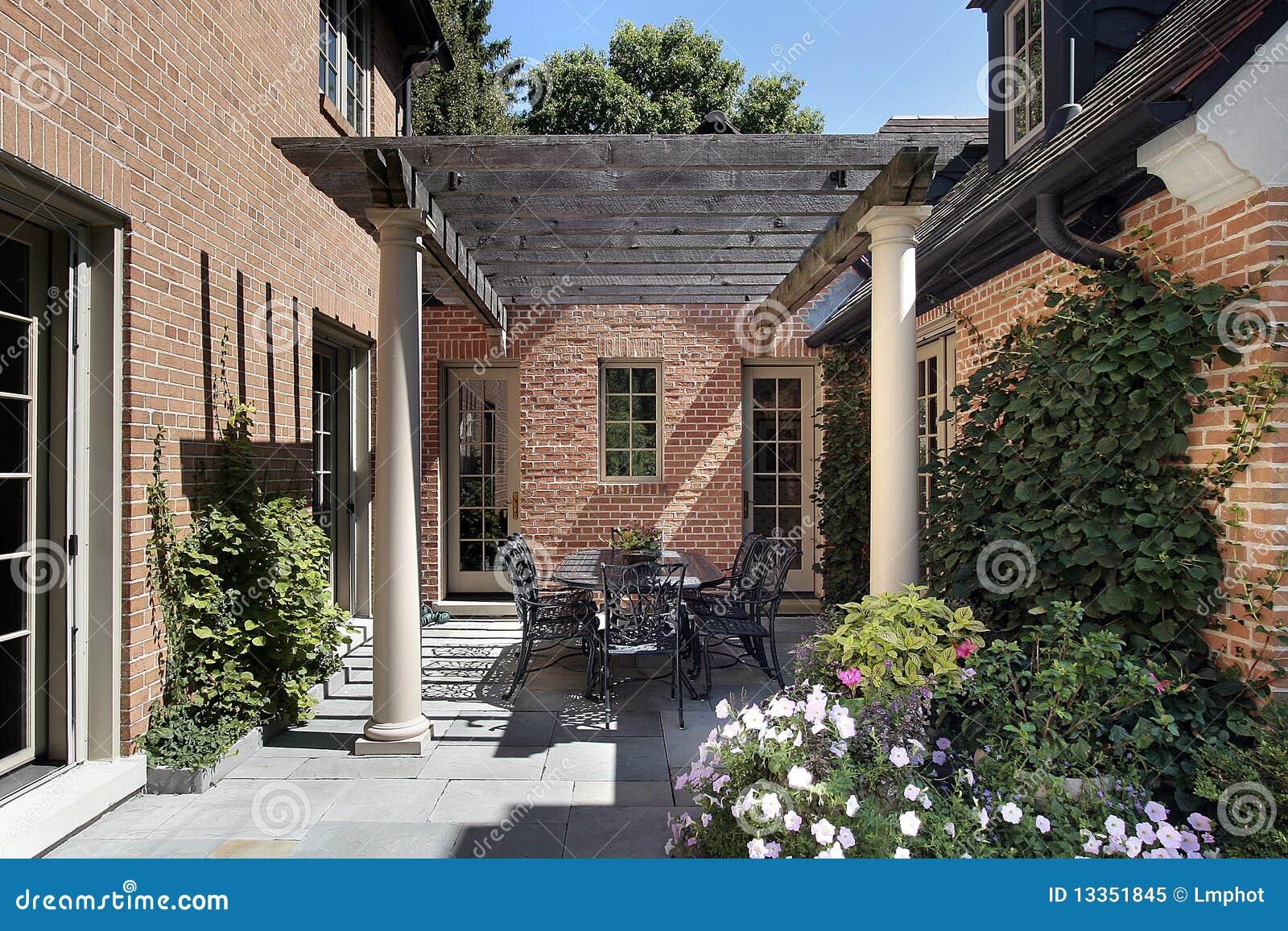 Het terras van bluestone en houten pergola stock afbeelding
