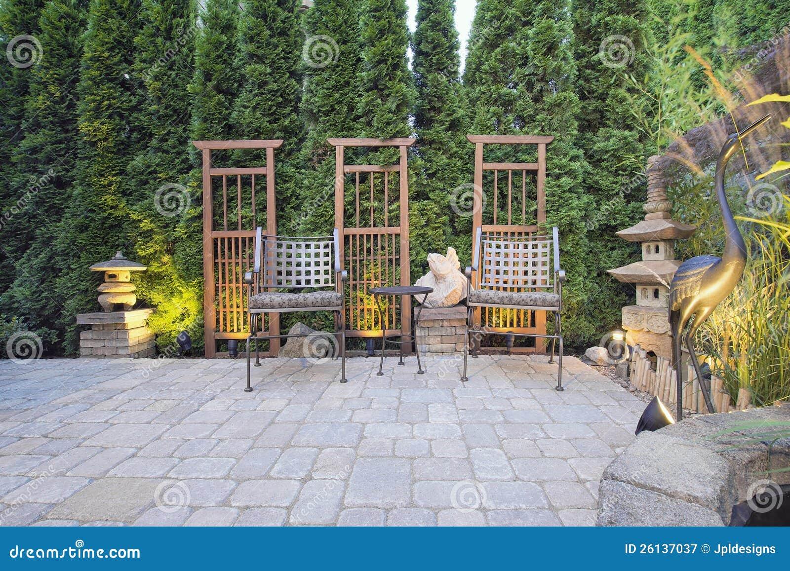 Het terras van de betonmolen met de decoratie van de tuin stock