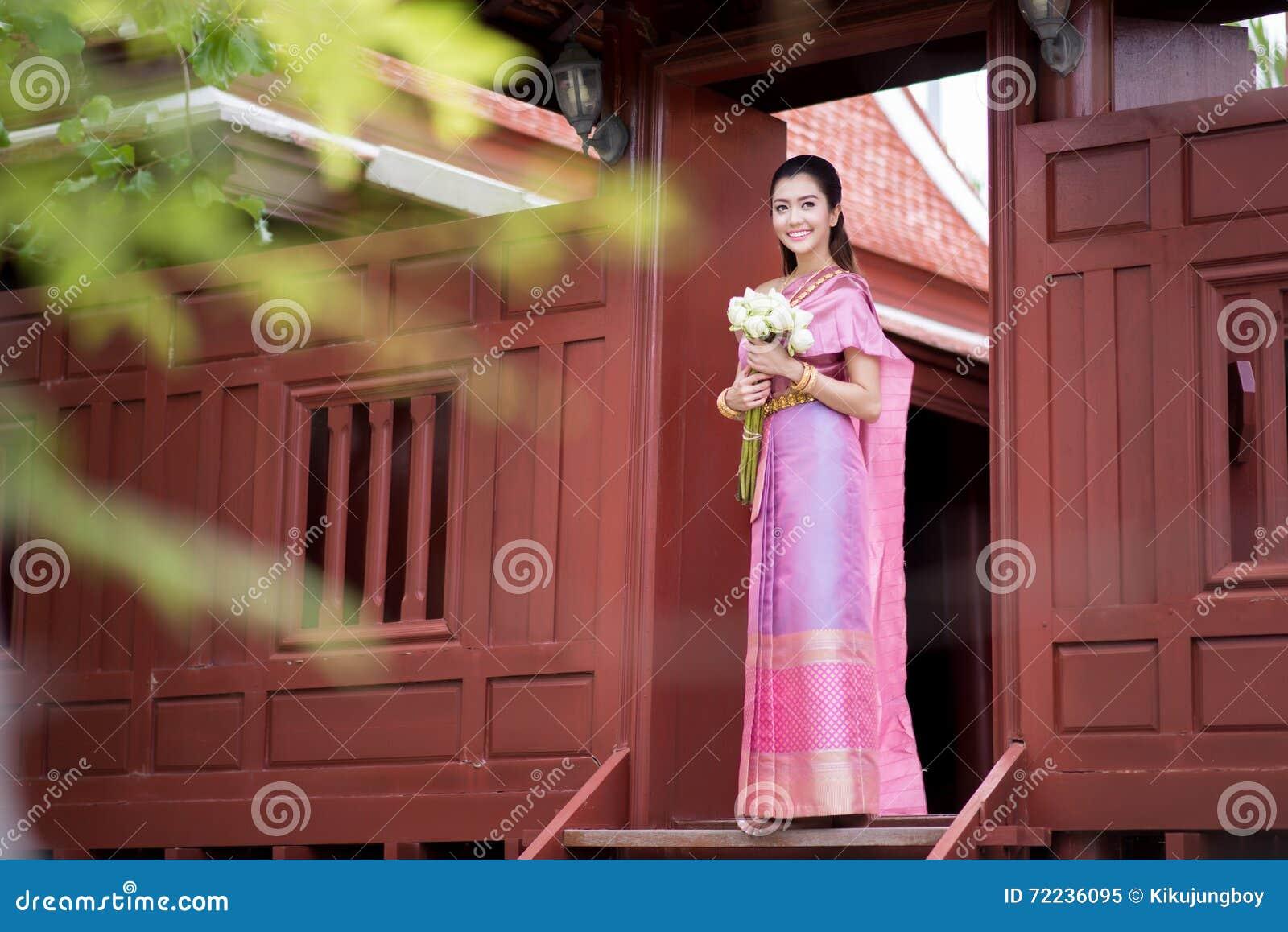 Het Thaise meisje kleedt Thais traditioneel kostuum in traditionele Thai