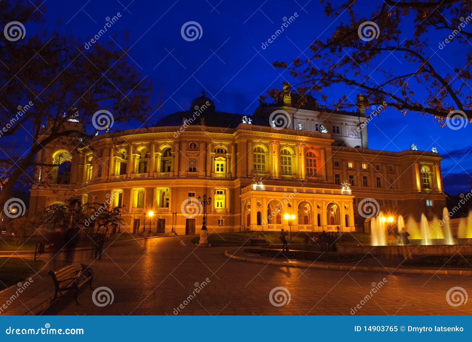 Het theater van de opera en van het ballet buiten bij nacht